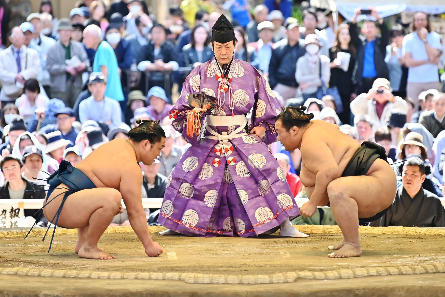 """Los luchadores de sumo participan en una ceremonia tradicional de entrada al ring como parte de un """"honozumo"""", una exhibición ceremonial de sumo, en los terrenos del santuario Yasukuni en Tokio. Foto: AFP"""