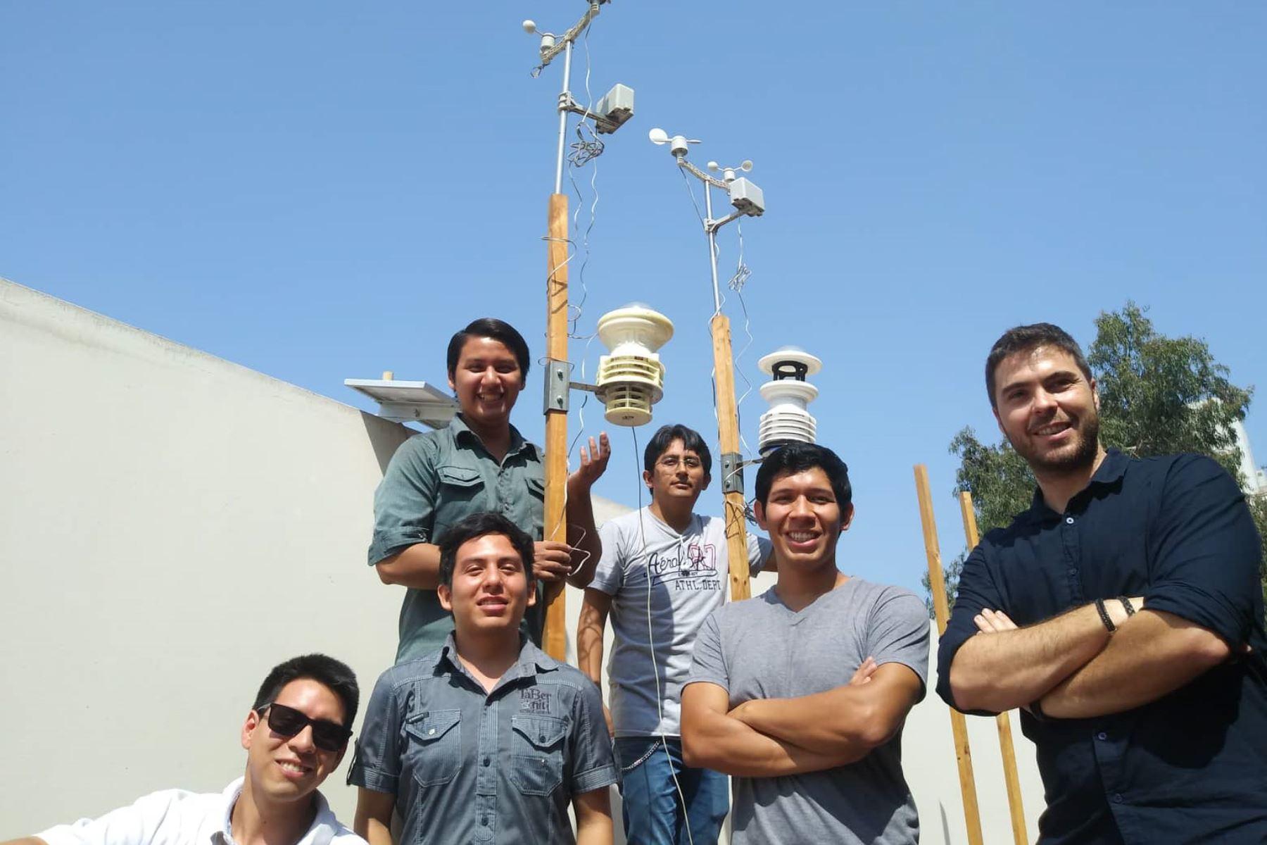 Los autores del proyecto juntos en el exterior del laboratorio de CTIC-UNI. Foto: Lenin Lobatón.