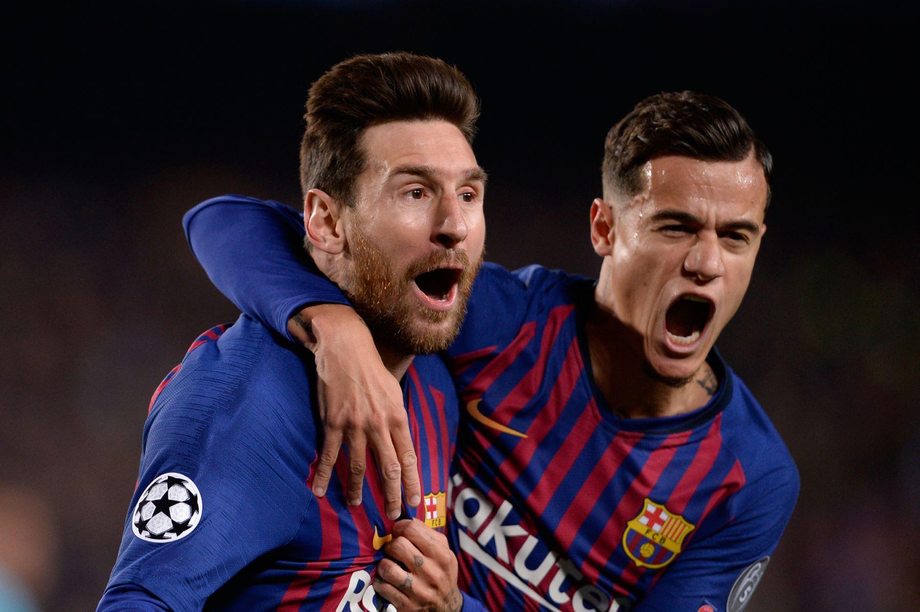 El delantero argentino del Barcelona Lionel Messi (L) celebra con el mediocampista brasileño Philippe Coutinho luego de marcar un gol durante el partido de fútbol de la segunda etapa de la UEFA Champions League entre Barcelona y Manchester United.Foto:AFP