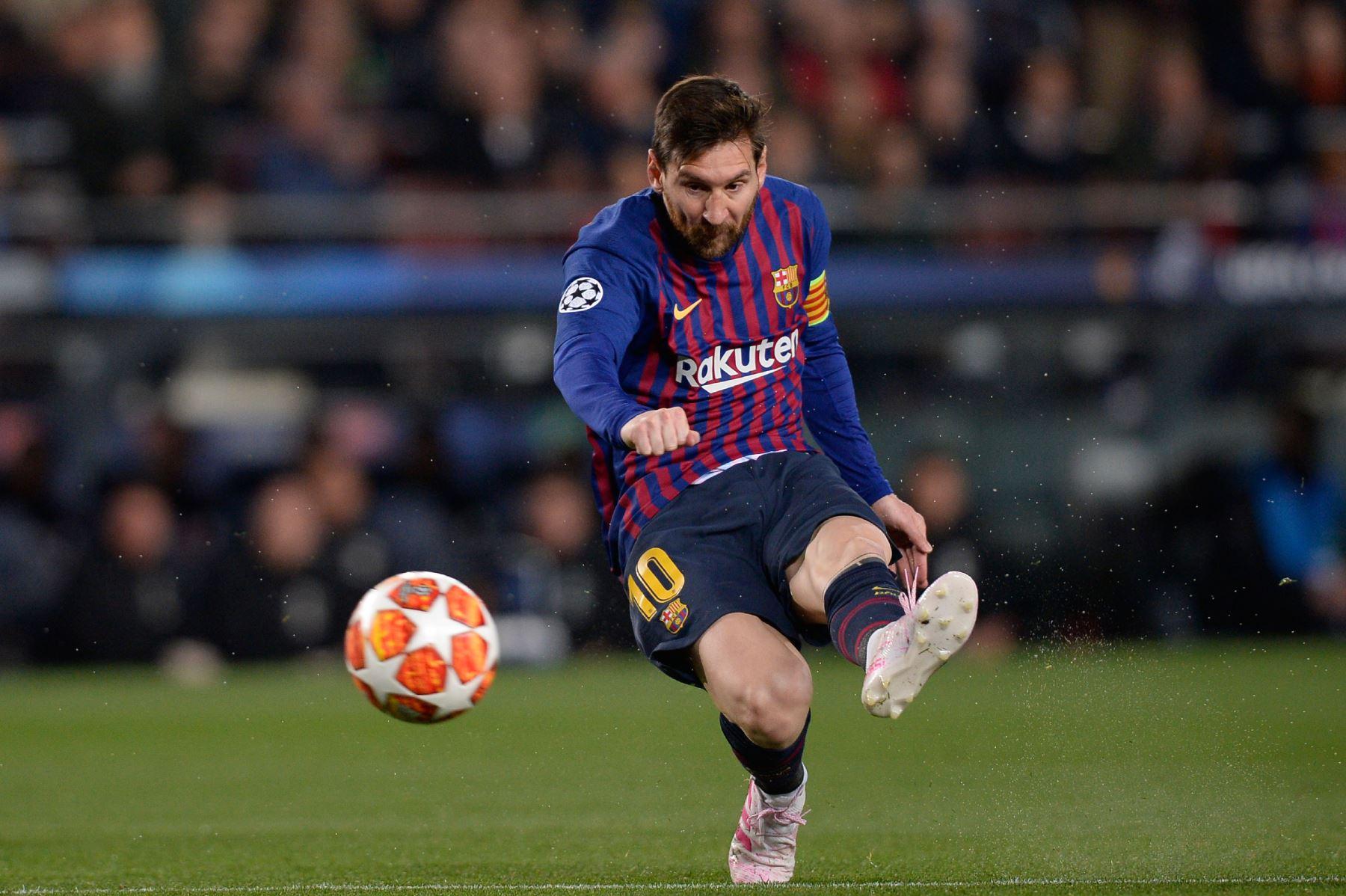 El delantero argentino de Barcelona Lionel Messi marca un gol durante el partido de fútbol de la segunda etapa de la UEFA Champions League entre Barcelona y Manchester United.Foto: AFP