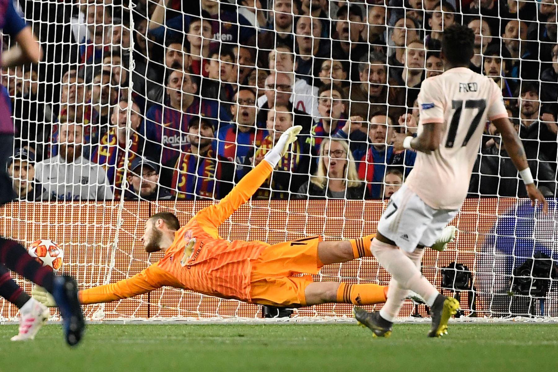 El portero español del Manchester United, David De Gea, concede el primer gol durante el partido de fútbol de la segunda etapa de la UEFA Champions League entre Barcelona y Manchester United.Foto:AFP