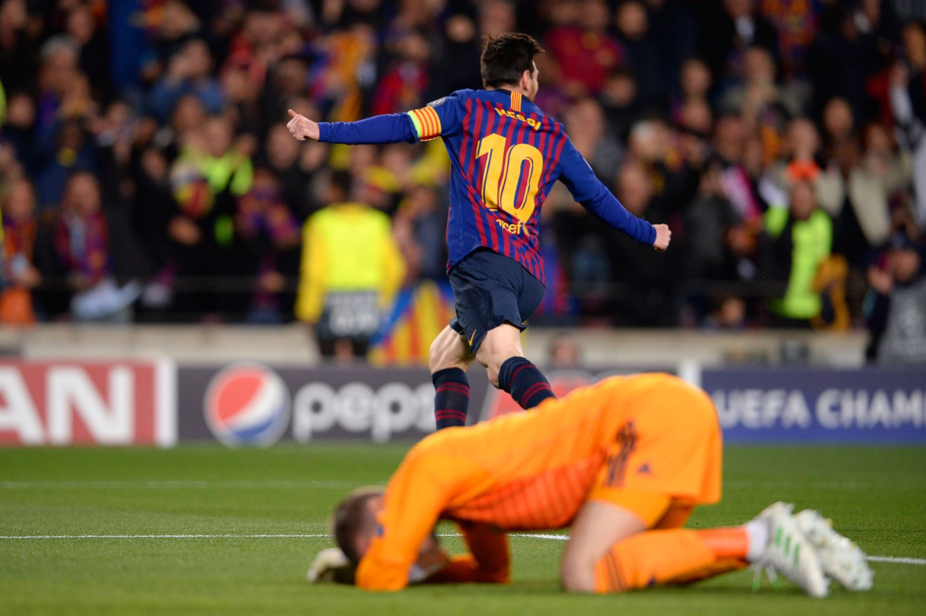 El delantero argentino de Barcelona, Lionel Messi, celebra después de marcar un gol durante el partido de fútbol de la segunda jornada de la UEFA Champions League entre Barcelona y Manchester United. Foto:AFP