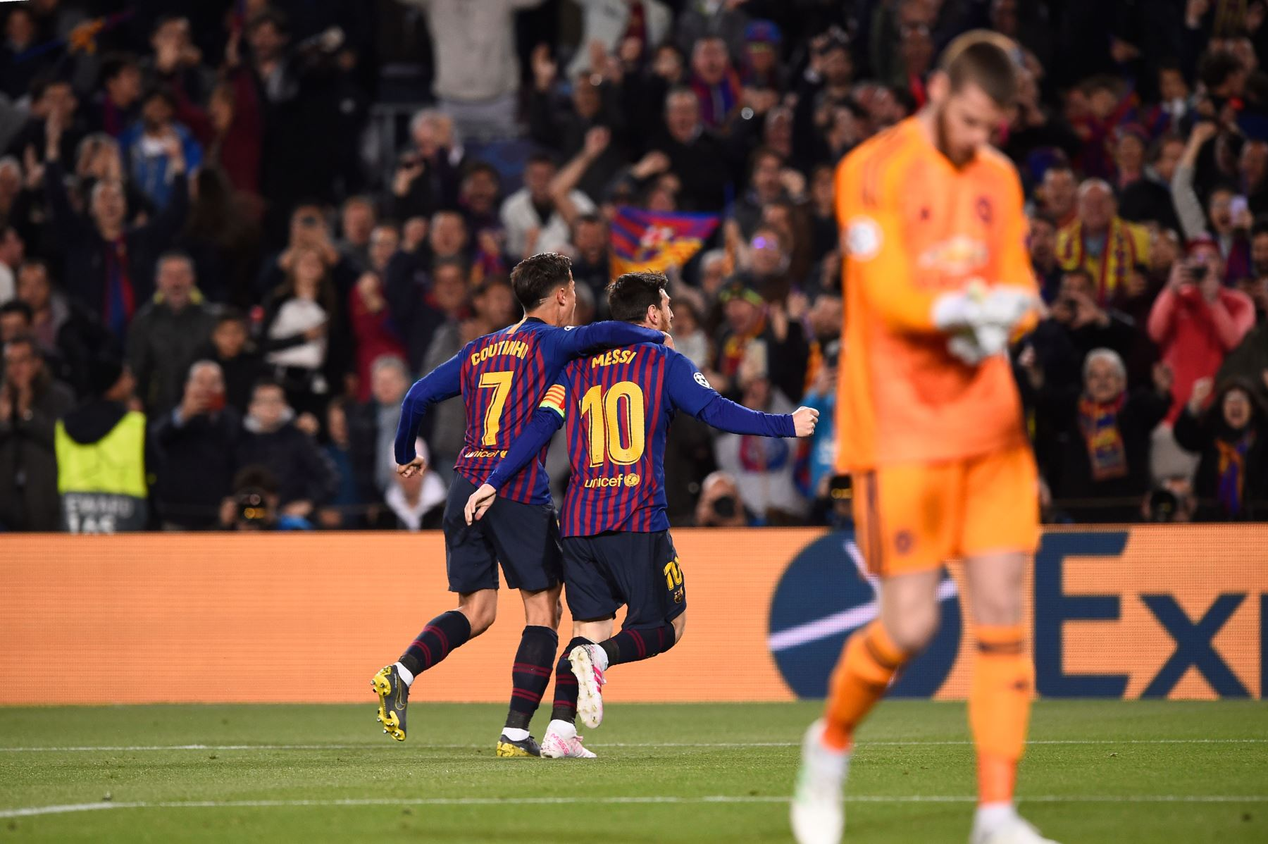 El delantero argentino del Barcelona Lionel Messi (C) celebra con el mediocampista brasileño Philippe Coutinho luego de anotar durante el partido de fútbol de la segunda jornada de la UEFA Champions League entre el Barcelona y el Manchester United.Foto:AFP