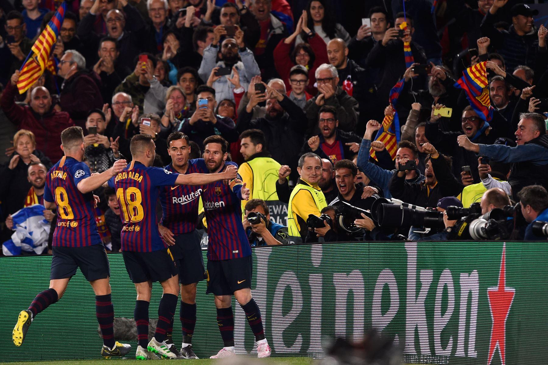 El delantero argentino de Barcelona, Lionel Messi (R), celebra después de anotar durante el partido de fútbol de la segunda jornada de la UEFA Champions League entre Barcelona y Manchester United.Foto:AFP