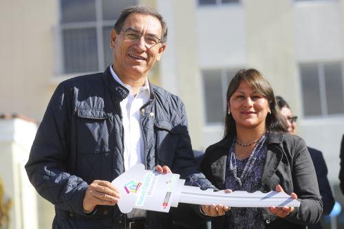 Presidente Vizcarra entrega las llaves a los propietarios del proyecto Condominio Club El Rosedal, del Fondo Mivivienda.