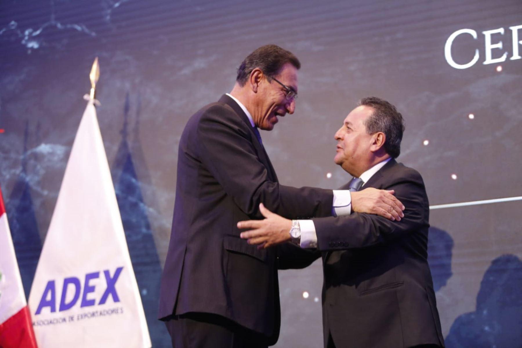 Presidente  Martín Vizcarra y el nuevo presidente de ADEX, Alfonso Velázquez  participan en  la ceremonia de presentación del consejo directivo de la Asociación de Exportadores .Foto: ANDINA/Prensa Presidencia