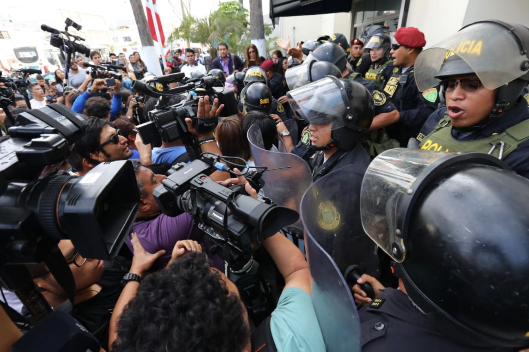 Exteriores del hospital Casimiro Ulloa, donde fue internado de emergencia el expresidente Alan García. Foto: ANDINA/ Norman Córdova