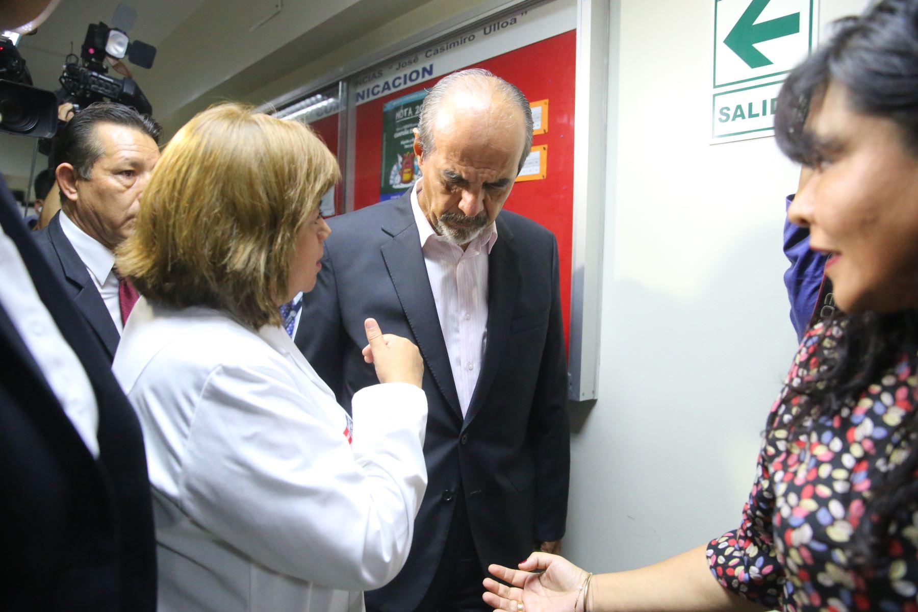 Congresista Mauricio Mulder en los Interiores del hospital Casimiro Ulloa, donde fue internado de emergencia el expresidente Alan García. Foto: ANDINA/ Vidal Tarqui