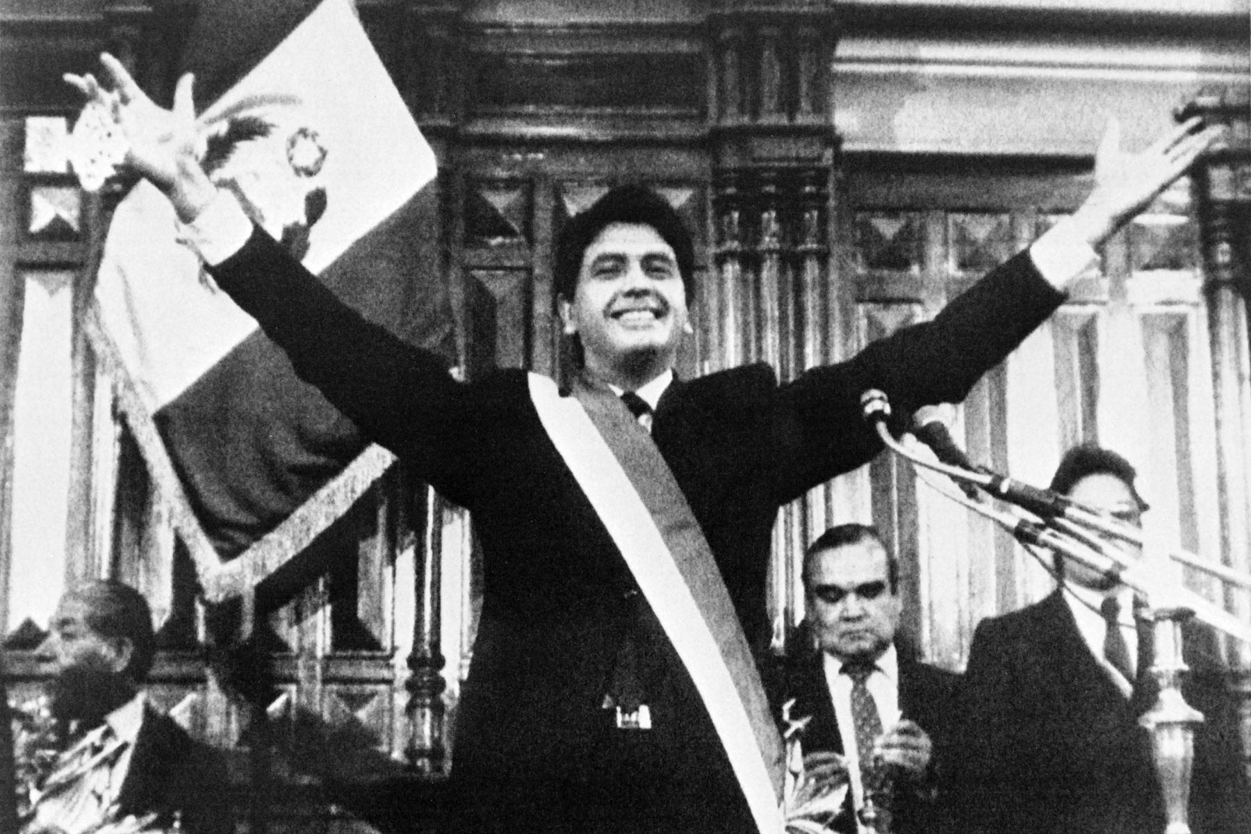 Foto tomada el 26 de julio de 1985 en Lima, mostrando al presidente peruano Alan García durante su inauguración en el gobierno. El socialdemócrata Alan García pidió una integración latinoamericana y una lucha conjunta contra lo que llamó el imperialismo de los países ricos.Foto:AFP