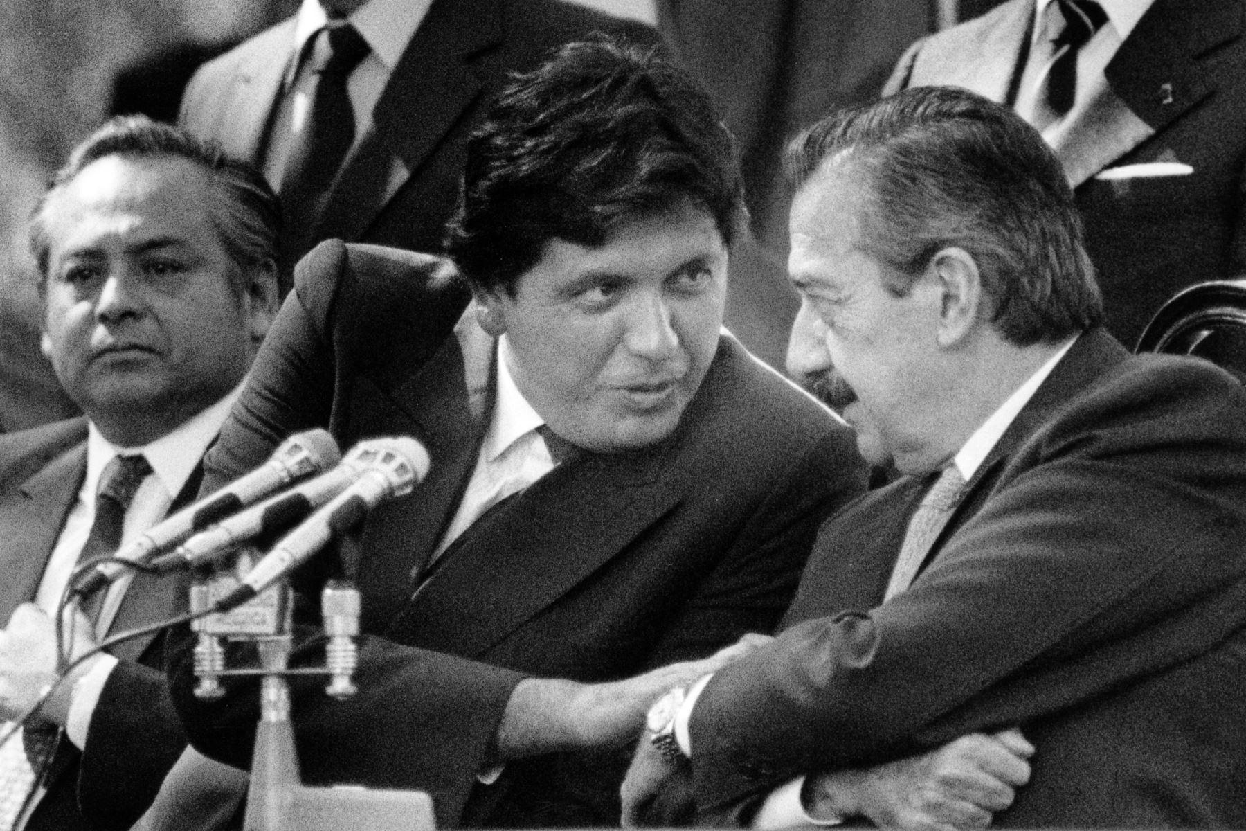 Fotografía tomada el 15 de marzo de 1986 en Olivos, al norte de Buenos Aires, que muestra al presidente peruano Alan García (L) hablando con su homólogo argentino Raúl Alfonsín. Foto:AFP