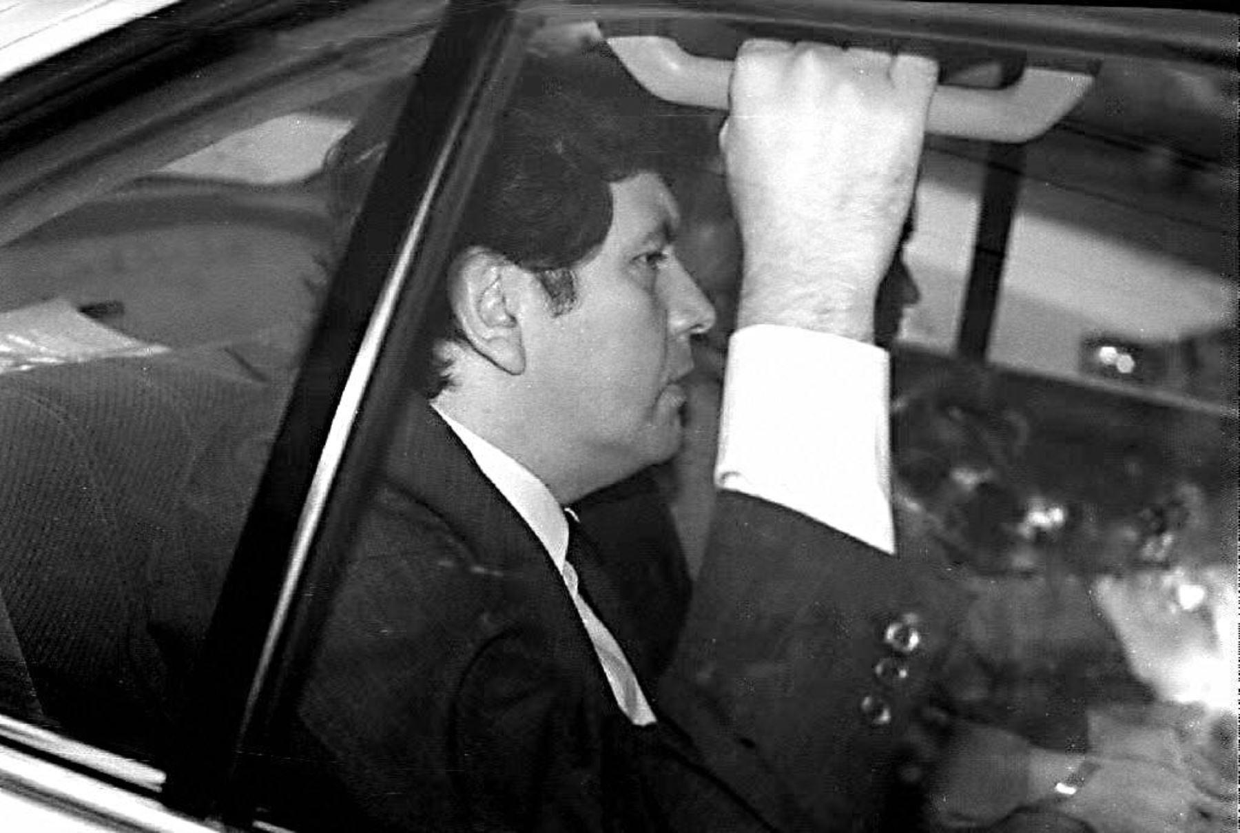 Esta foto de archivo del 02 de junio de 1999 muestra al ex presidente peruano Alan García, que abandona la Embajada de Colombia en su camino hacia el aeropuerto de Lima, Perú. A García le fue otorgado asilo político el 6 de agosto de 1999 por el gobierno colombiano. García acusó al gobierno peruano de persecución. Foto: AFP