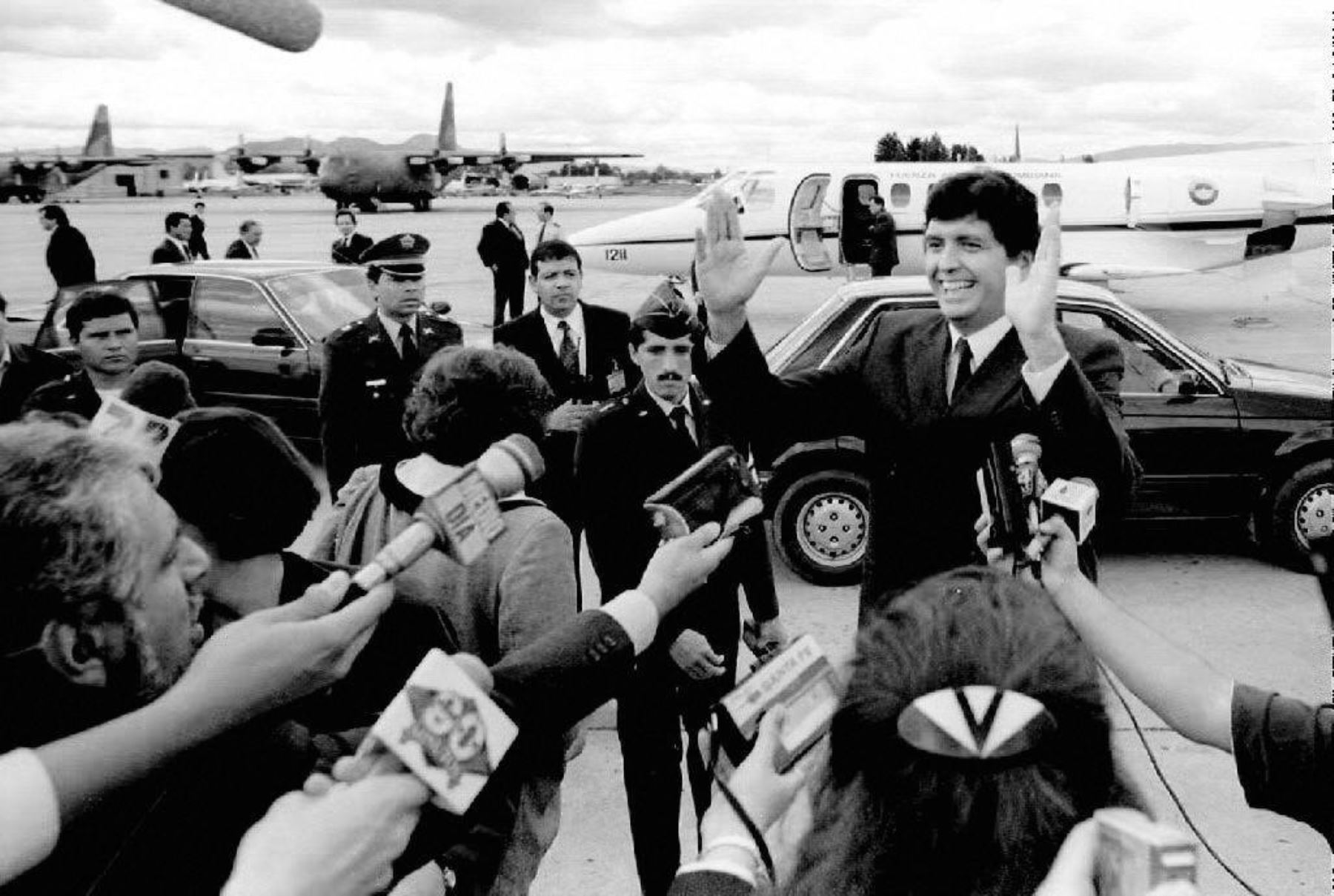 El ex presidente peruano Alan García saluda a la prensa en un aeropuerto militar minutos después de su llegada el 2 de junio de 1992 a Bogotá, Colombia. García, que es el secretario general del principal partido de la oposición en Perú, recibió asilo el 6 de agosto de 1999 por parte del gobierno colombiano. Foto: AFP