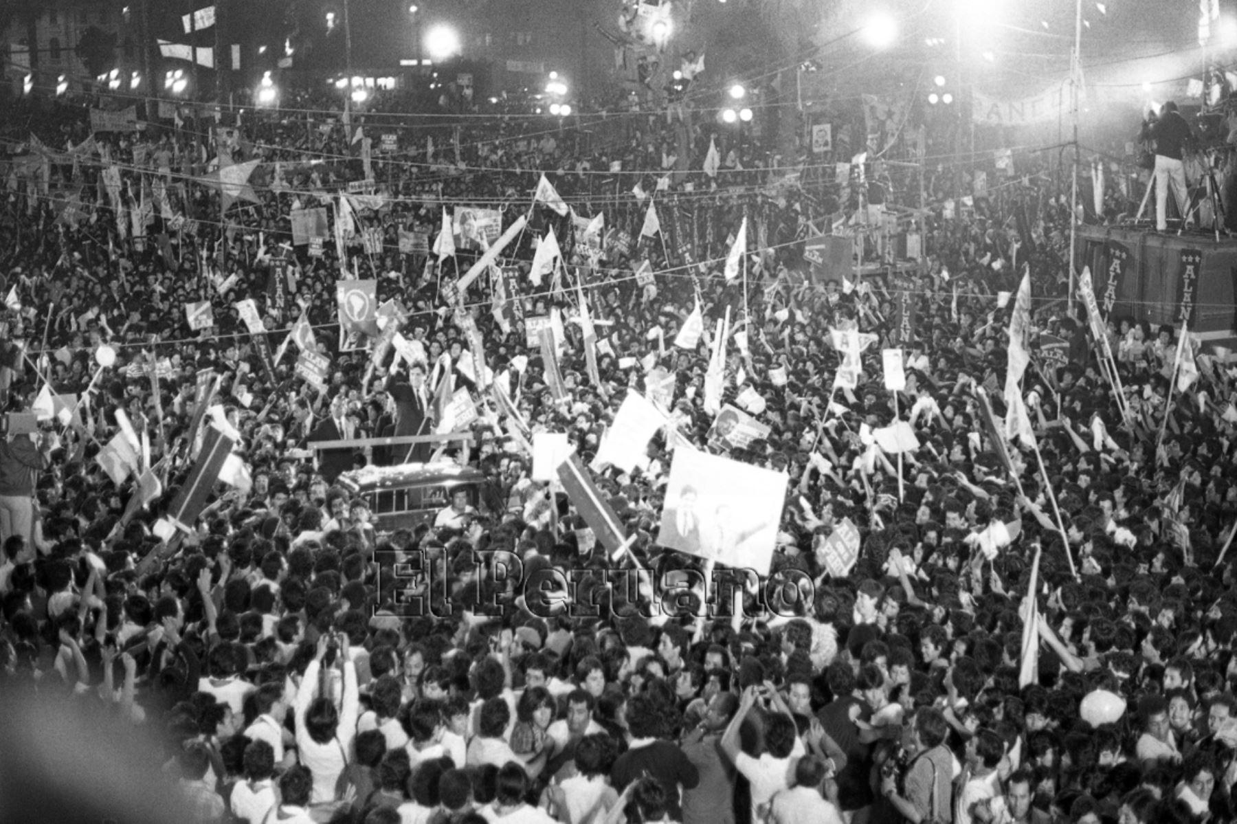 Lima - 10 abril 1985 / Mitin de cierre de campaña del Partido Aprista Peruano en el marco de las elecciones generales presidenciales 1985. Foto: Archivo Histórico El Peruano