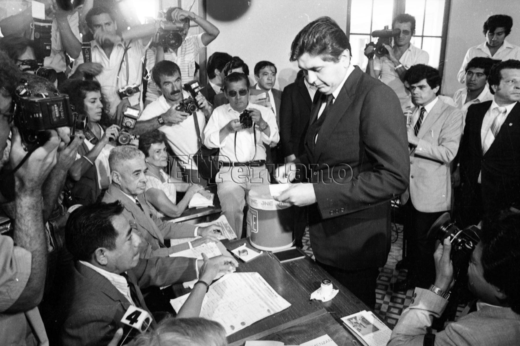 Lima - 14 abril 1985 . El candidato presidencial del Partido Aprista Peruano, Alan García Pérez, emite su voto en el marco de las elecciones generales de 1985.Foto: ANDINA/archivo Diario El Peruano