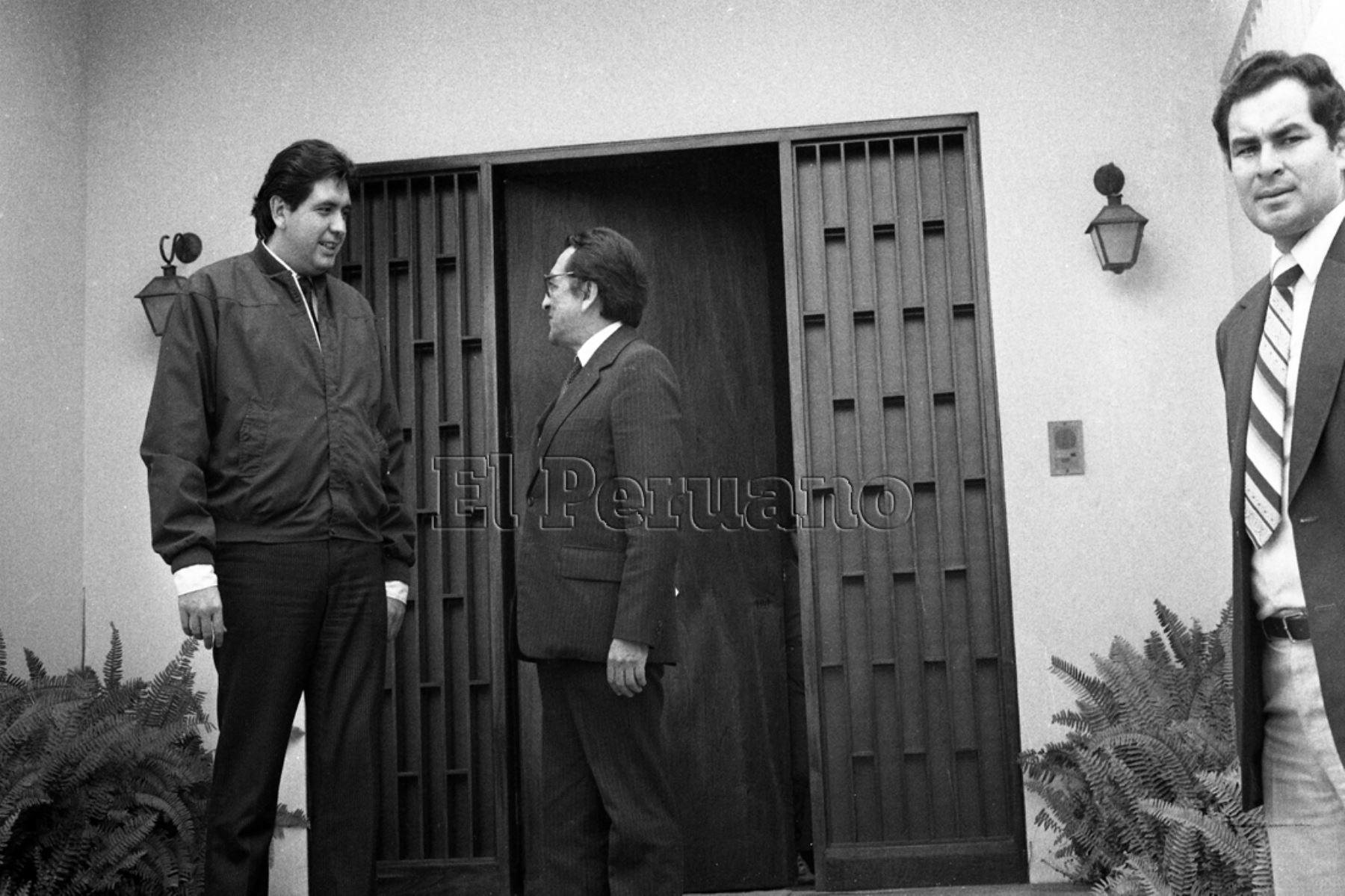 Lima - 12 julio 1985. El presidente electo Alan García Pérez sostuvo una reunión con el alcalde de Lima y líder de la Izquierda Unida, Alfonso Barrantes Lingán. Foto: Archivo Diario El Peruano