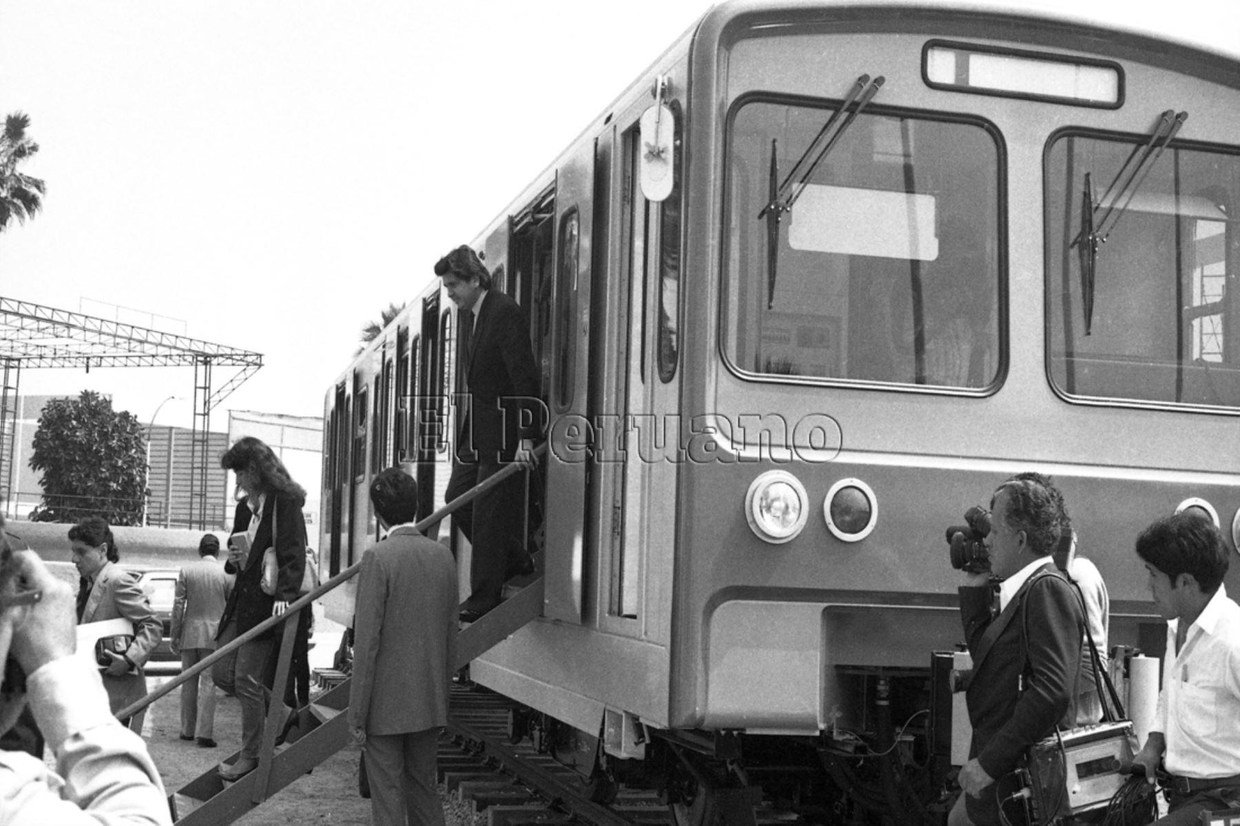 Lima - 21 0ctubre 1989. El presidente Alan García Pérez supervisa la llegada del primer vagón del tren eléctrico de Lima. Foto: Archivo Diario El Peruano