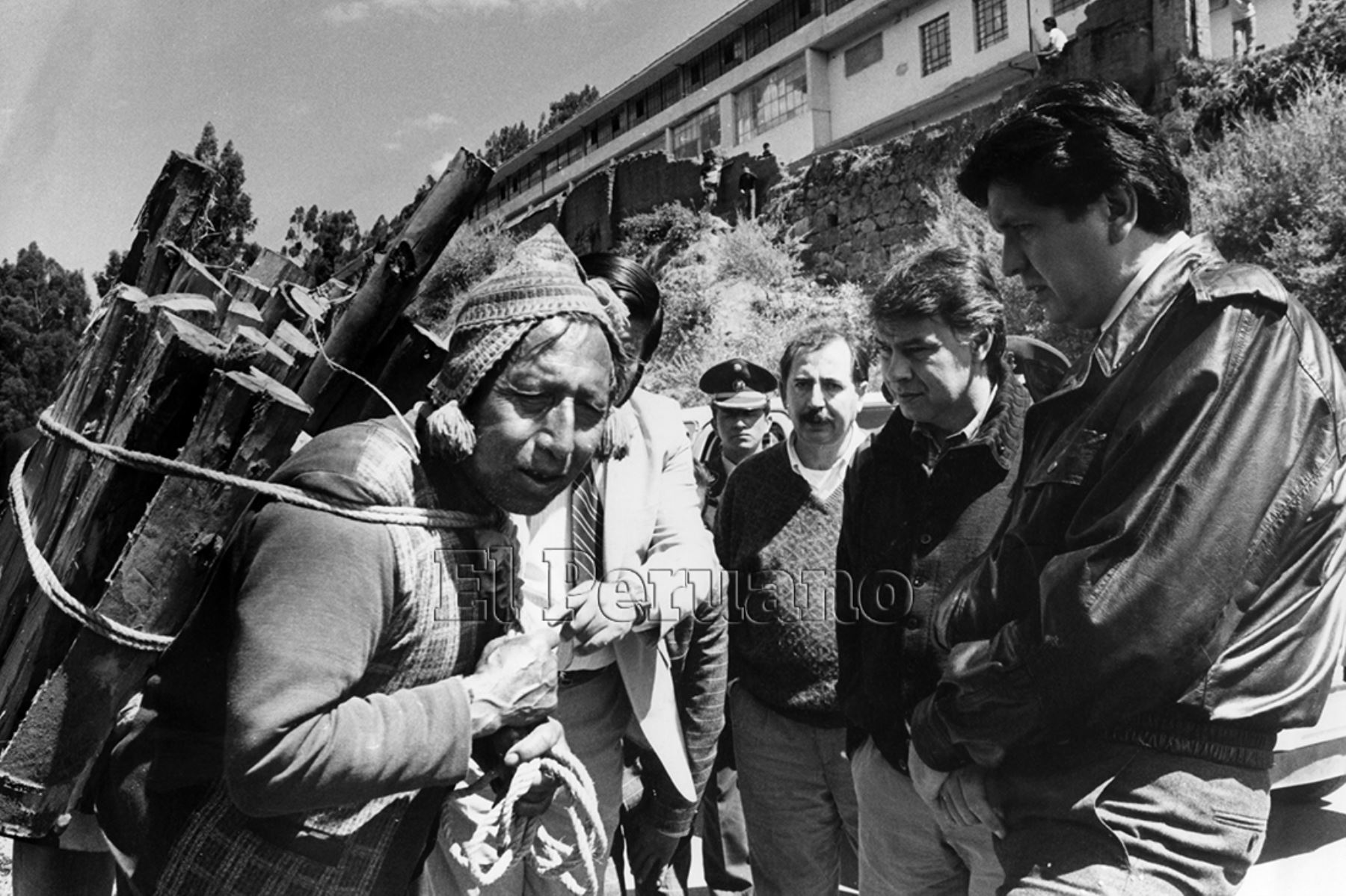 Cusco - 13 noviembre 1986 . Los gobernantes de España, Felipe González, y de Perú, Alan García Pérez, dialogan con un campesino cusqueño durante un recorrido espontáneo por las calles de la capital histórica del Perú.   Foto: Presidencia de la República