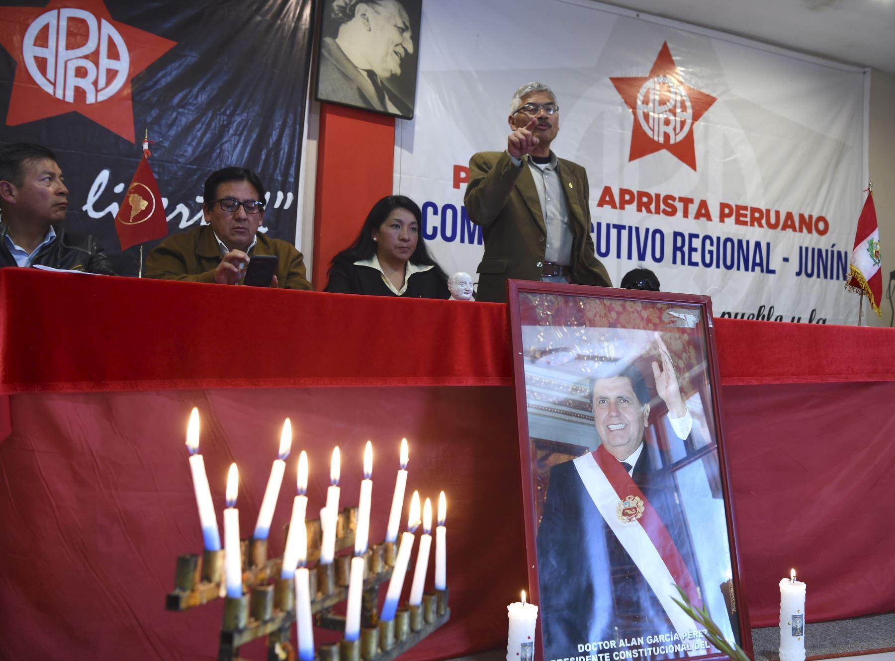 Los partidarios del ex presidente peruano Alan García participan en un servicio conmemorativo en la sede de la Alianza Popular Revolucionaria Americana (APRA) en la ciudad andina de Huancayo, 350 kilómetros al este de Lima, luego de enterarse de que murió el 17 de abril de 2019 después de suicidarse.  Foto:AFP