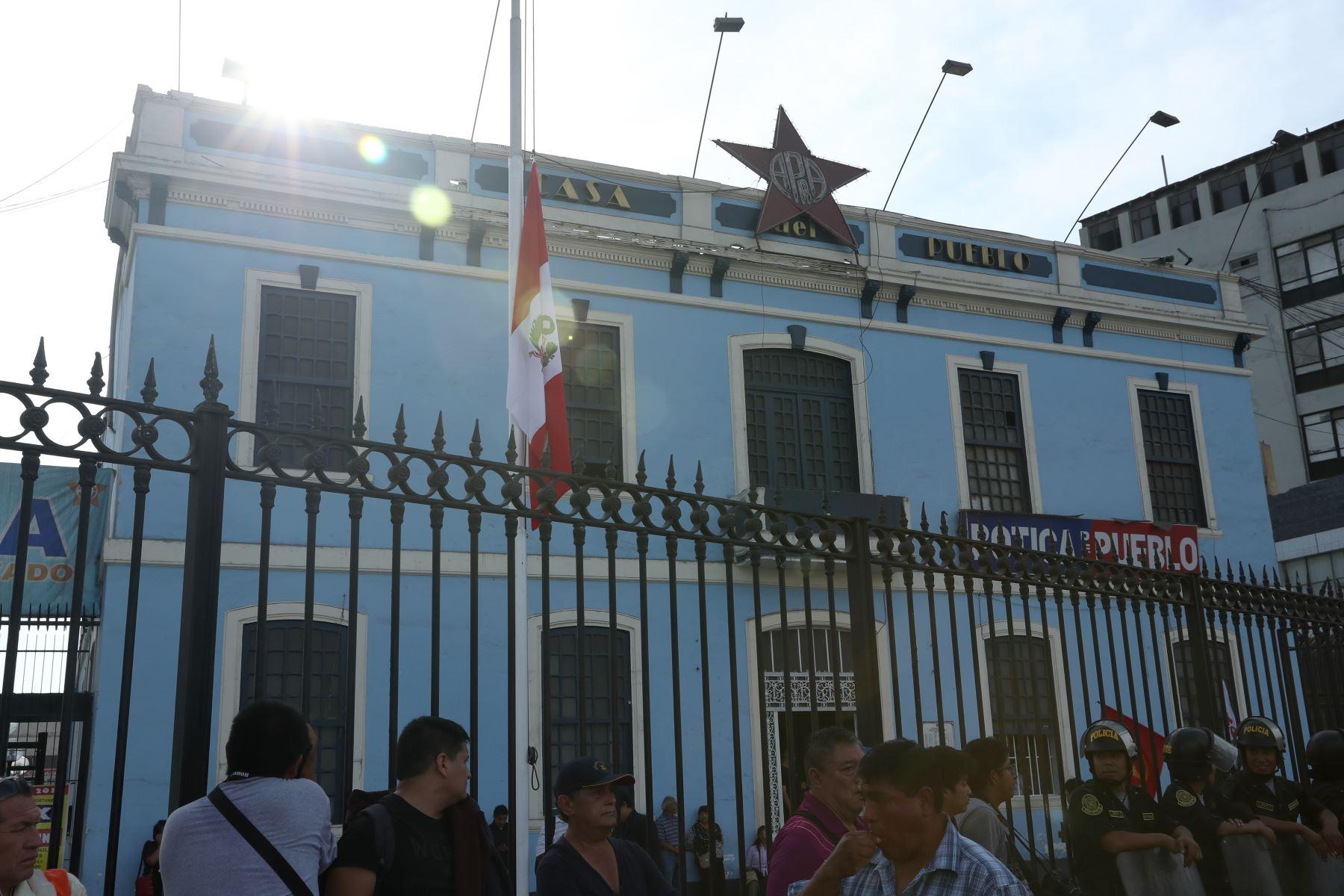 Bandera a media asta en el local del partido Aprista. Foto: ANDINA/Melina Mejía