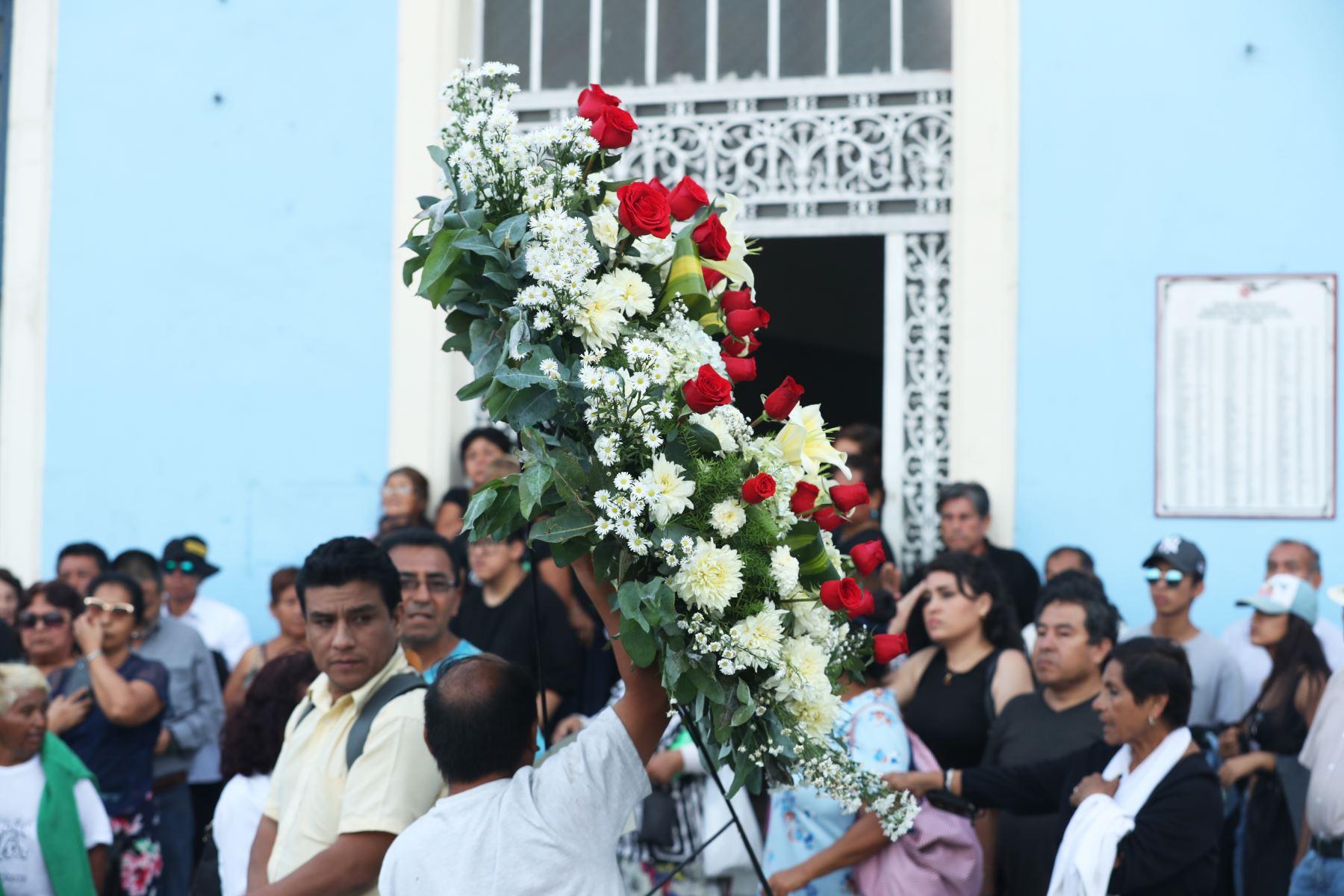 Partidarios del partido Aprista rinden homenaje a su lider Alan Garcia, quien hoy se quito la vida. Foto: ANDINA/Melina Mejía