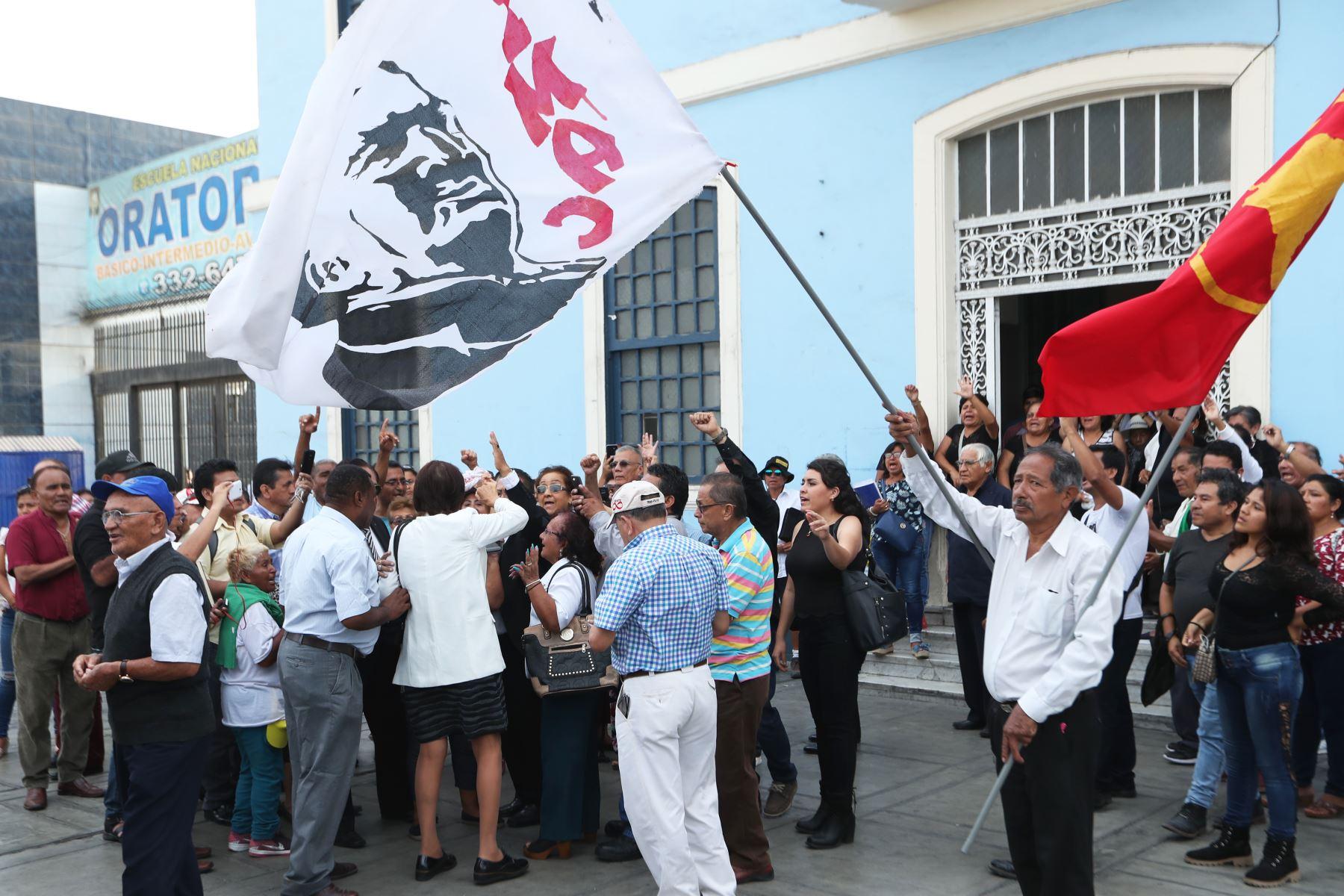 Partidarios llegan a la casa del pueblo para recibir los restos de Alan Garcia. Foto: ANDINA/Melina Mejía