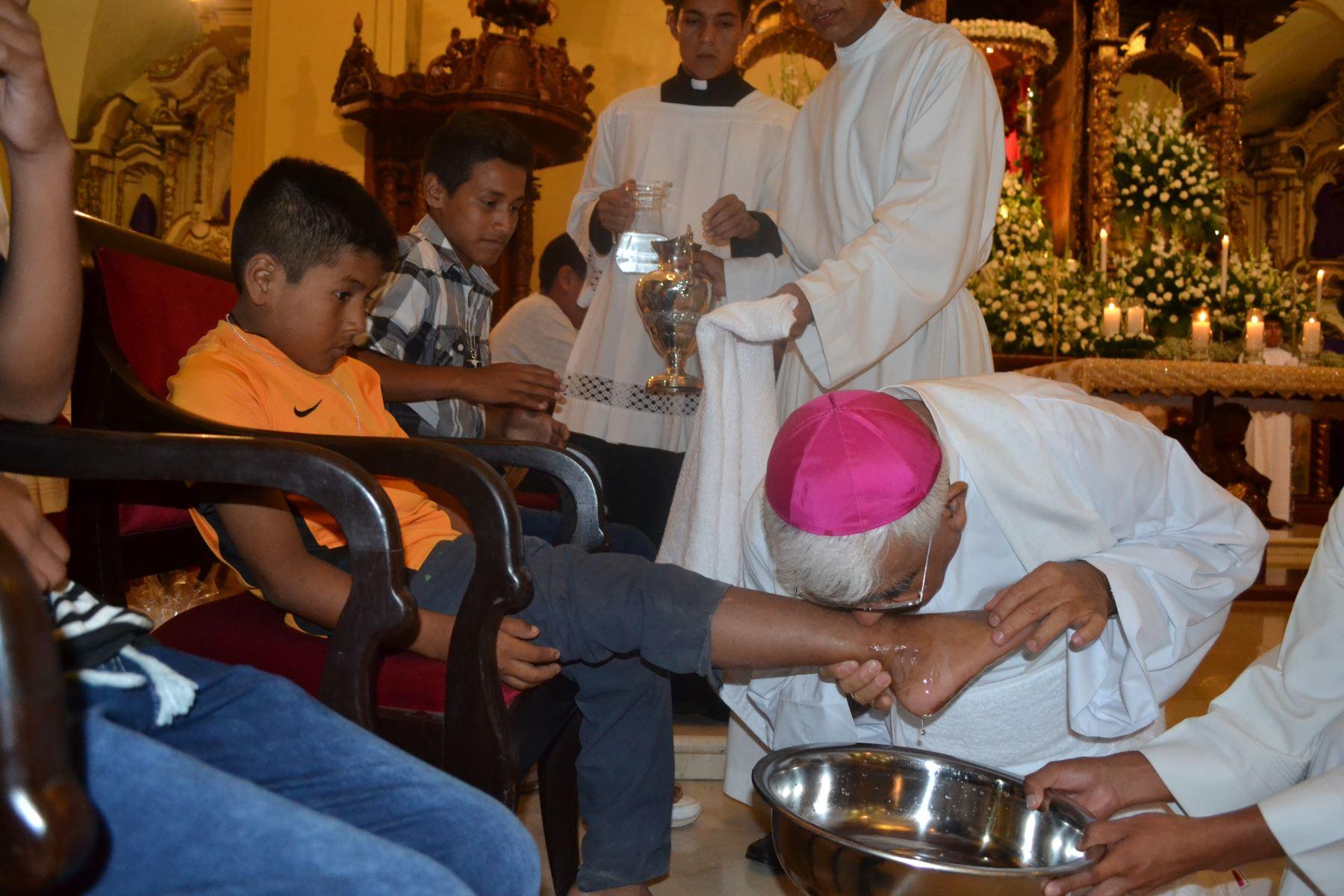 En esta oportunidad, el arzobispo de Trujillo y presidente de la Conferencia Episcopal Peruana, monseñor Miguel Cabrejos, lavará los pies a 12 niños venezolanos.