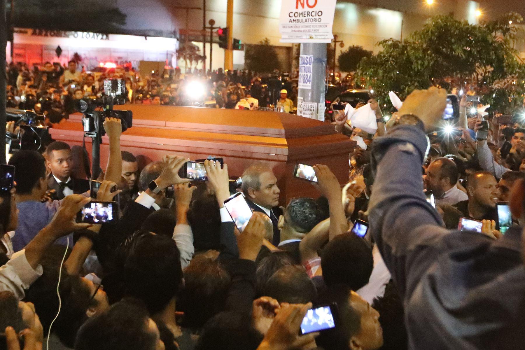 El féretro de Alan Garcia es recibido en la casa del pueblo.  Foto: ANDINA/Melina Mejía