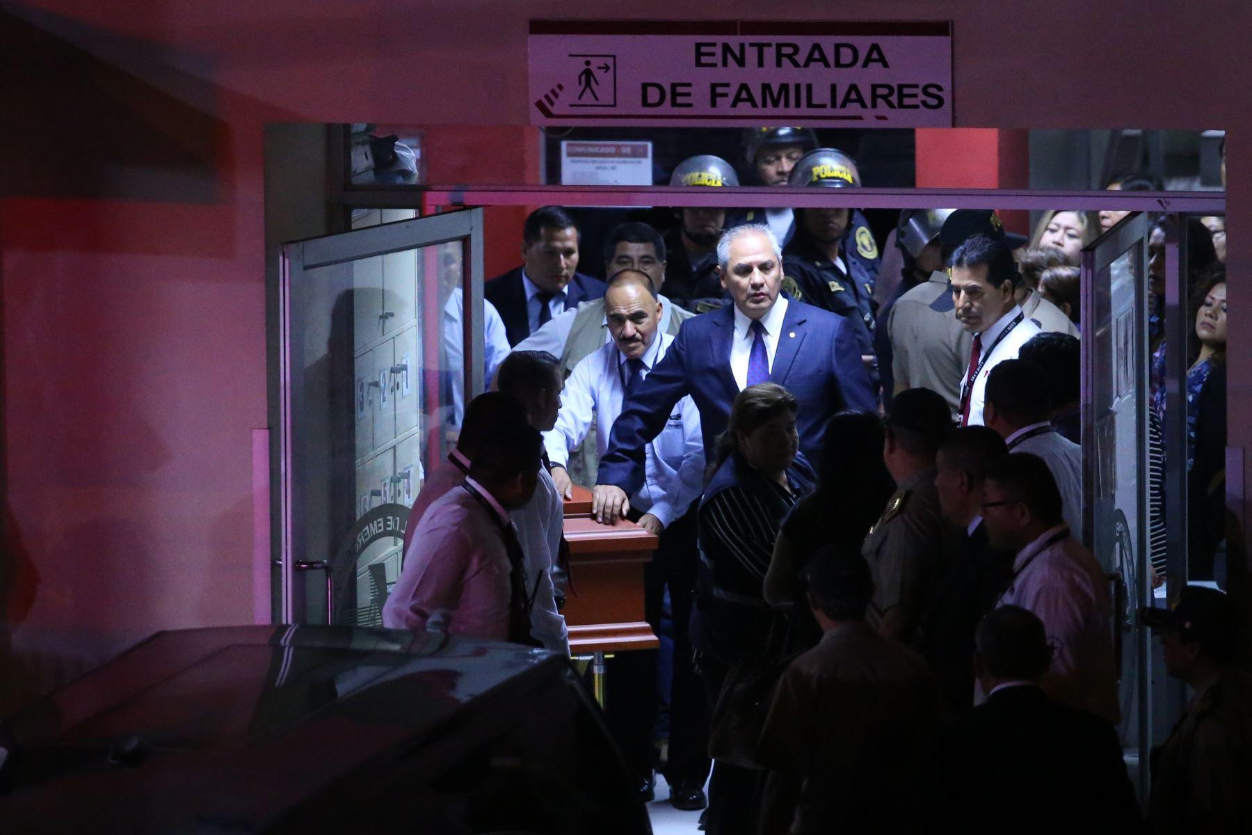 Féretro con los restos  del ex presidente Alan García sale del hospital Casimiro Ulloa rumbo a la Casa del Pueblo. Foto: ANDINA/ Vidal Tarqui