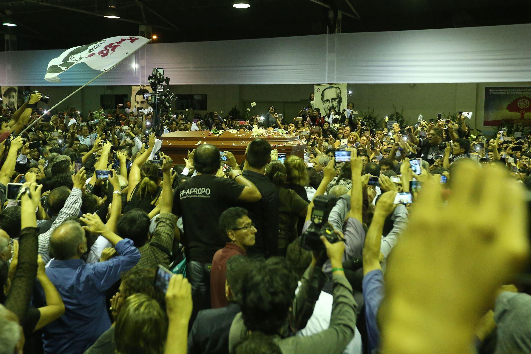 Militantes y simpatizantes apristas reciben restos del ex presidente Alan Garcia en el aula magna de la Casa del Pueblo. Foto: ANDINA/Eddy Ramos