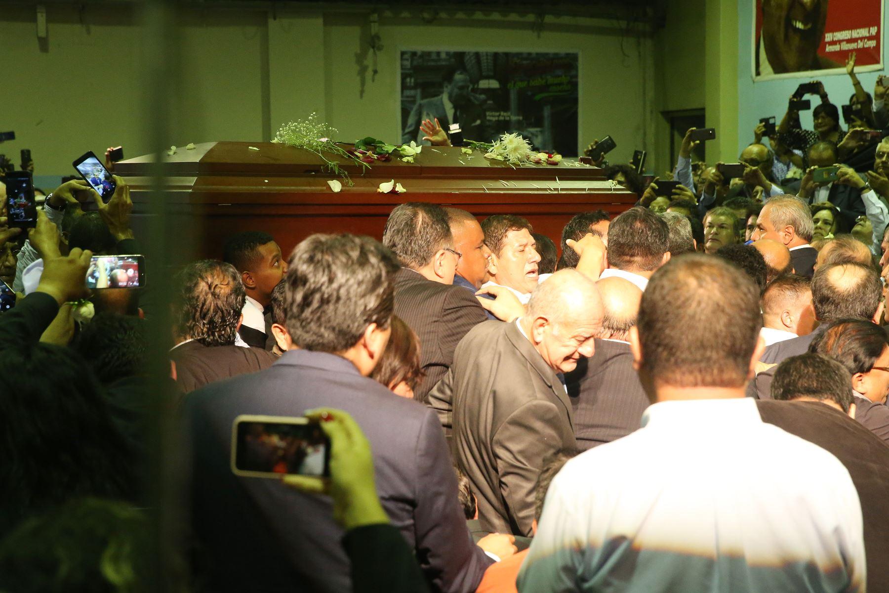 Militantes y simpatizantes apristas Restos del ex presidente Alan Garcia hace su ingreso al aula magna de la Casa del Pueblo. Foto: ANDINA/Eddy Ramos