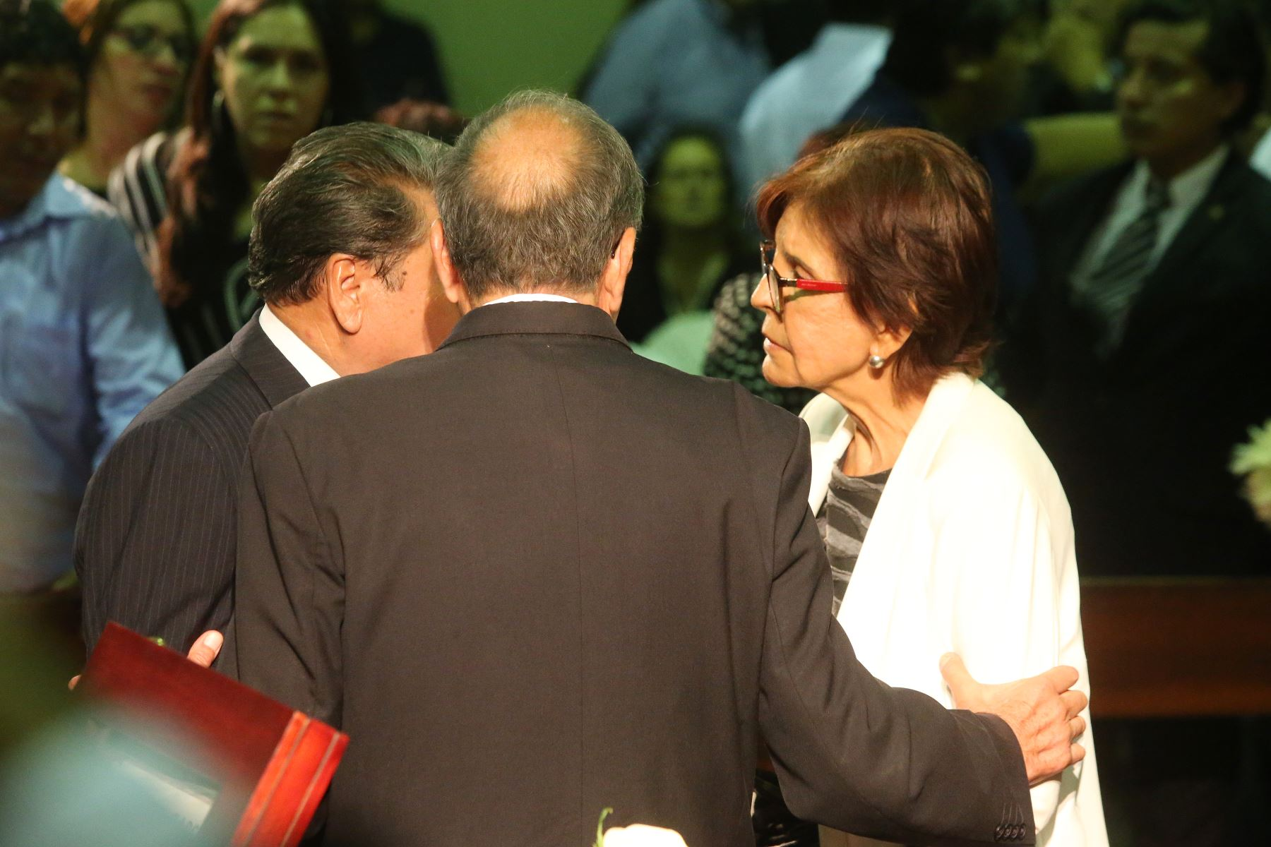 Mercedes Cabanillas  espera la llegada de los restos de Alan Garcia al Aula Magna de la Casa del Pueblo. Foto: ANDINA/Eddy Ramos