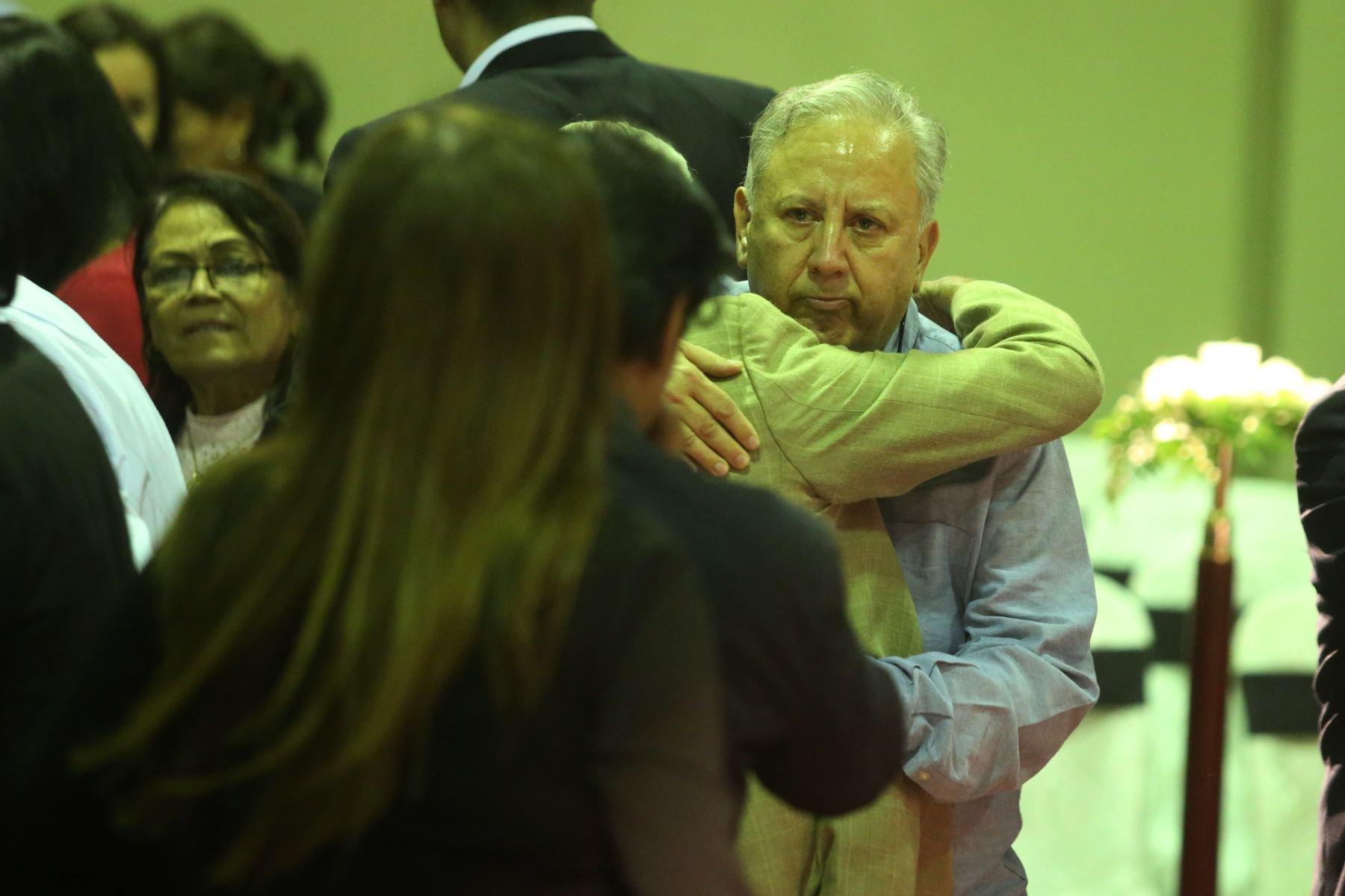 El ex ministro Hernán  Garrido Lecca   espera la llegada de los restos de Alan Garcia al Aula Magna de la Casa del Pueblo. Foto: ANDINA/Eddy Ramos