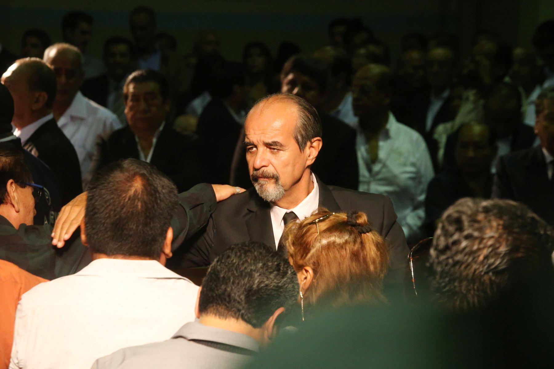 Mauricio Mulder  espera la llegada de los restos de Alan Garcia al Aula Magna de la Casa del Pueblo. Foto: ANDINA/Eddy Ramos