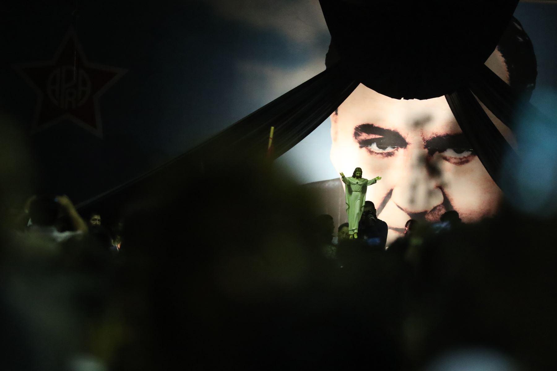 Militantes y simpatizantes apristas reciben restos del ex presidente Alan Garcia en el aula magna de la Casa del Pueblo.  Foto: ANDINA/Melina Mejía