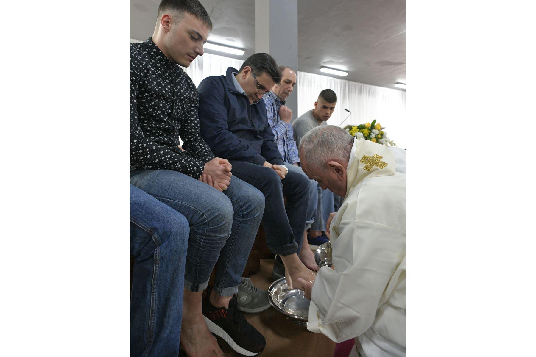 El papa Francisco lava los pies a los reclusos durante su visita a la prisión de Velletri, donde celebró una misa por el Jueves Santo en Roma, Italia. Foto: EFE