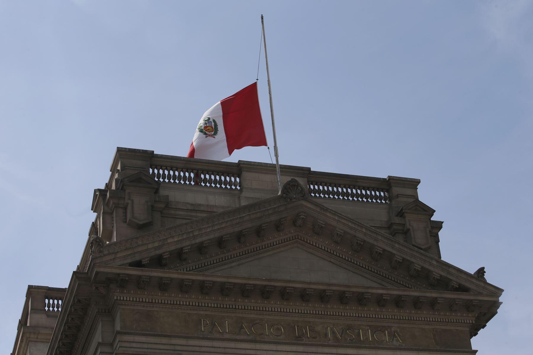 Instituciones Públicas con la Bandera de Perú a media asta con motivo del fallecimiento del ExPresidente Alan Garcia. Palacio de Justicia. Foto: ANDINA/Nathalie Sayago
