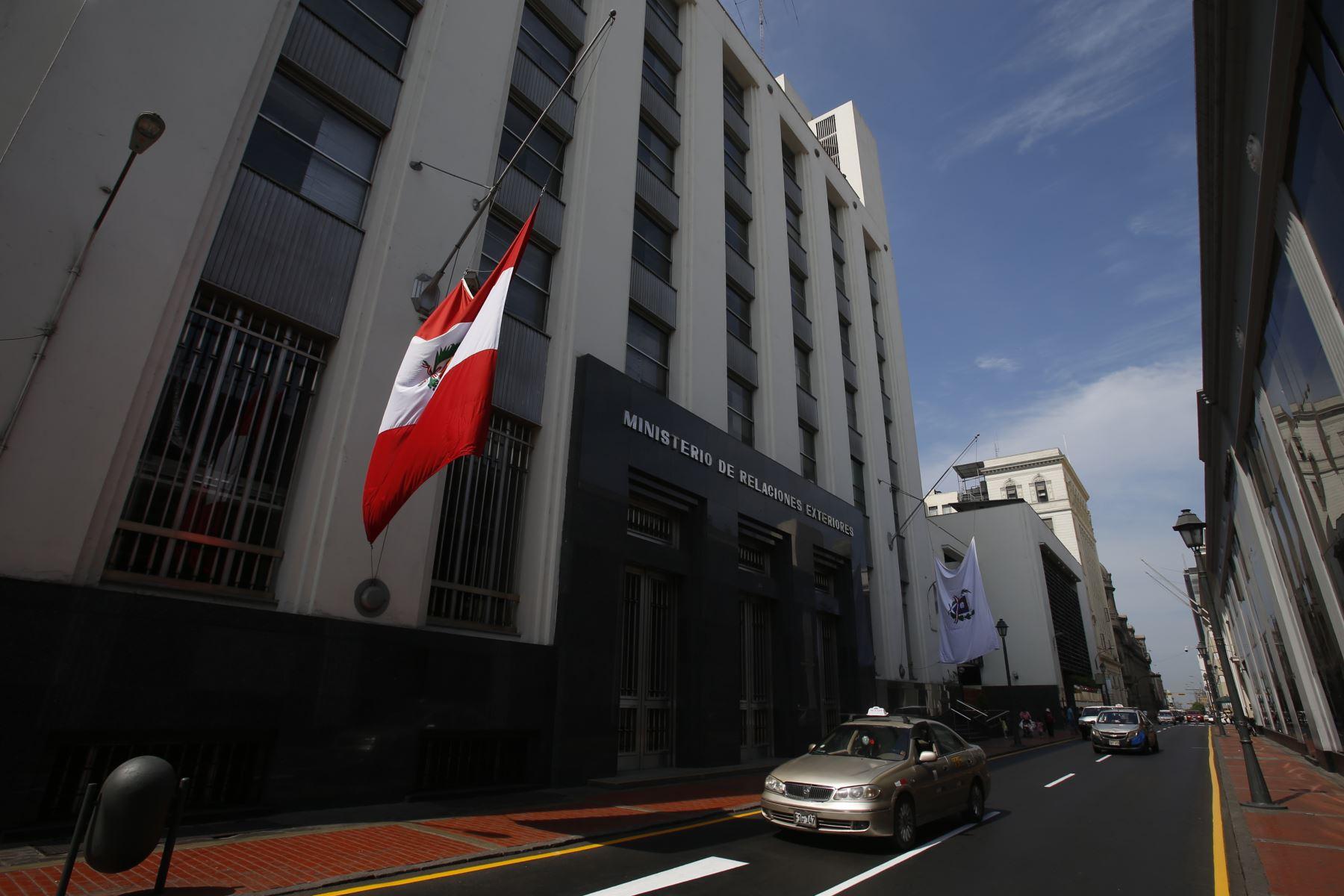 Instituciones Públicas con la Bandera de Perú a media asta con motivo del fallecimiento del ExPresidente Alan Garcia. Ministerio de Relaciones Exteriores. Foto: ANDINA/Nathalie Sayago