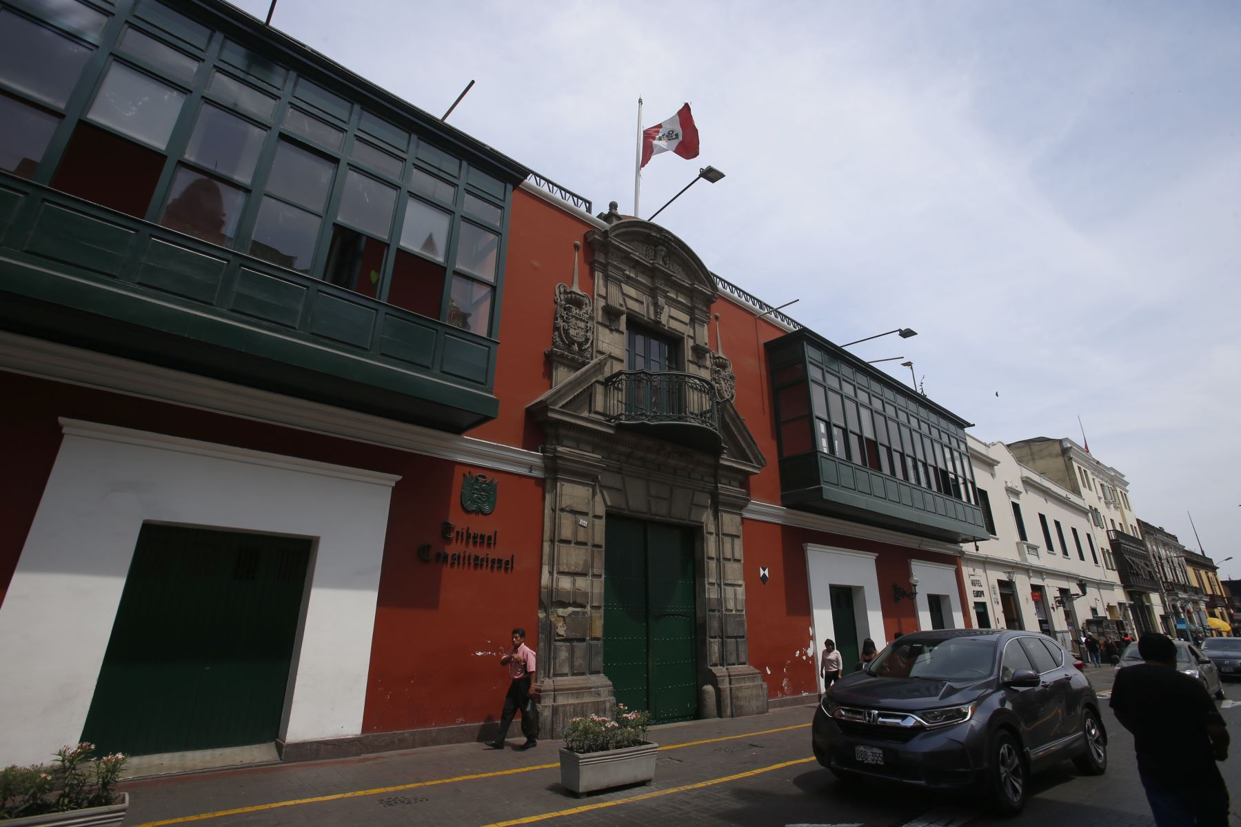 Instituciones Públicas con la Bandera de Perú a media asta con motivo del fallecimiento del ExPresidente Alan Garcia. Tribunal Constitucional. Foto: ANDINA/Nathalie Sayago