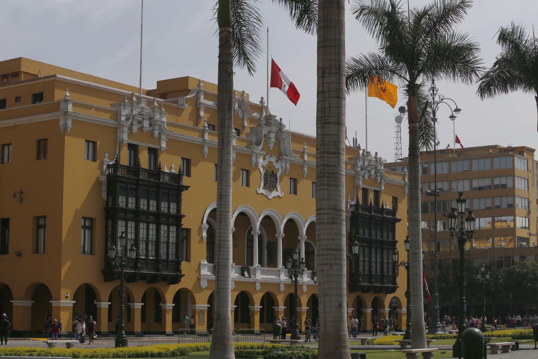 Instituciones Públicas con la Bandera de Perú a media asta con motivo del fallecimiento del ExPresidente Alan Garcia. Municipalidad de Lima. Foto: ANDINA/Nathalie Sayago