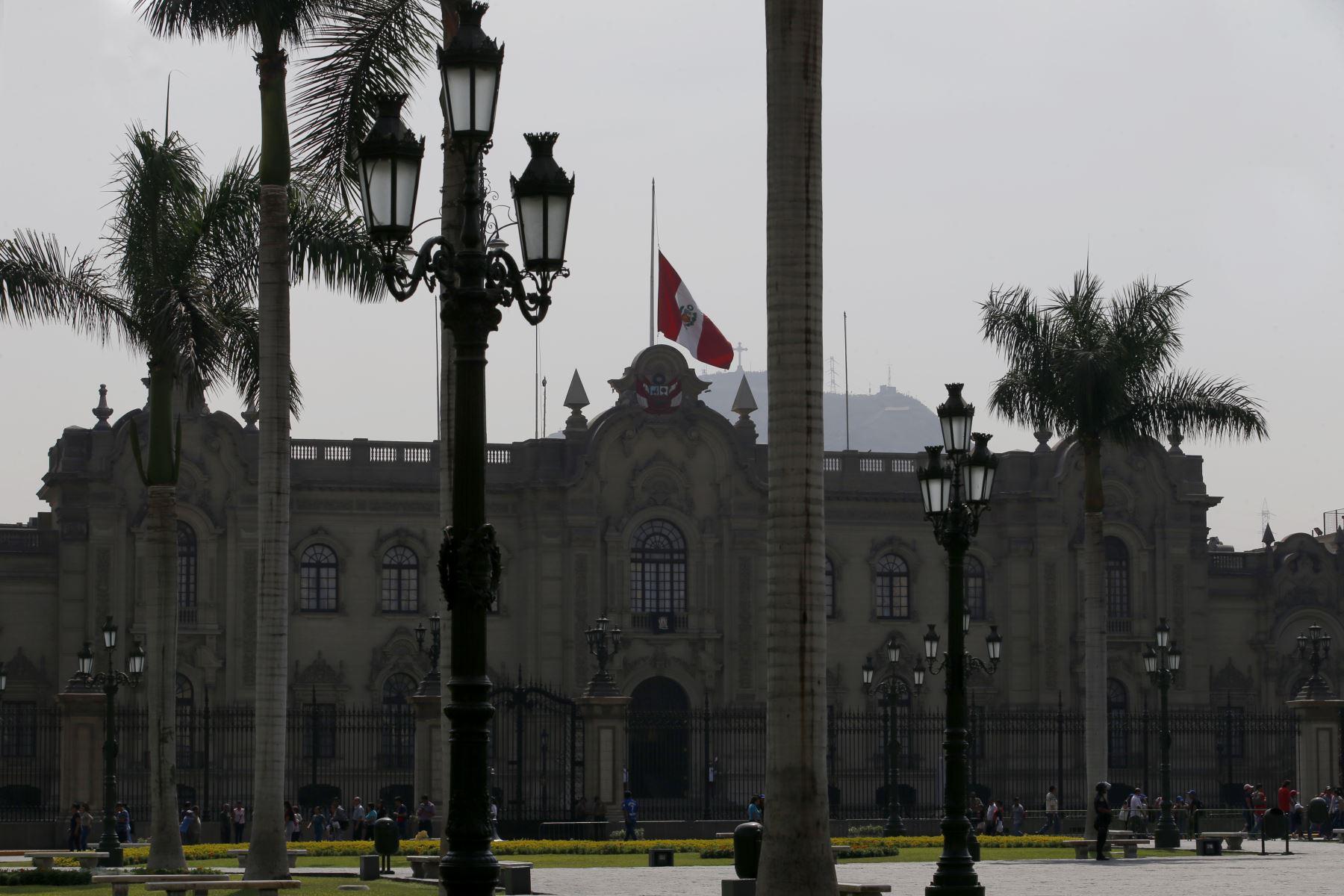 Instituciones Públicas con la Bandera de Perú a media asta con motivo del fallecimiento del ExPresidente Alan Garcia. Palacio de Gobierno. Foto: ANDINA/Nathalie Sayago