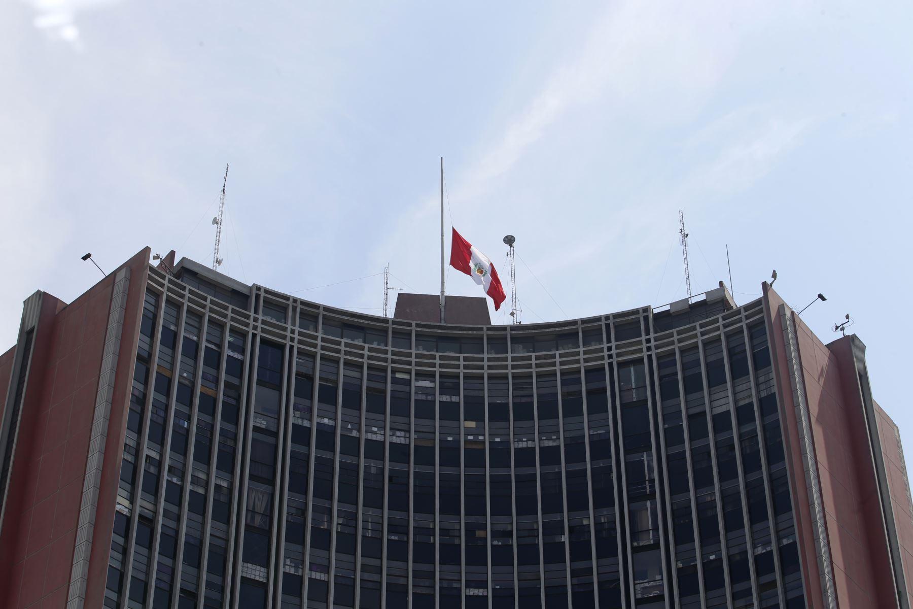 Instituciones Públicas con la Bandera de Perú a media asta con motivo del fallecimiento del ExPresidente Alan Garcia. Sede Poder Judicial. Foto: ANDINA/Nathalie Sayago