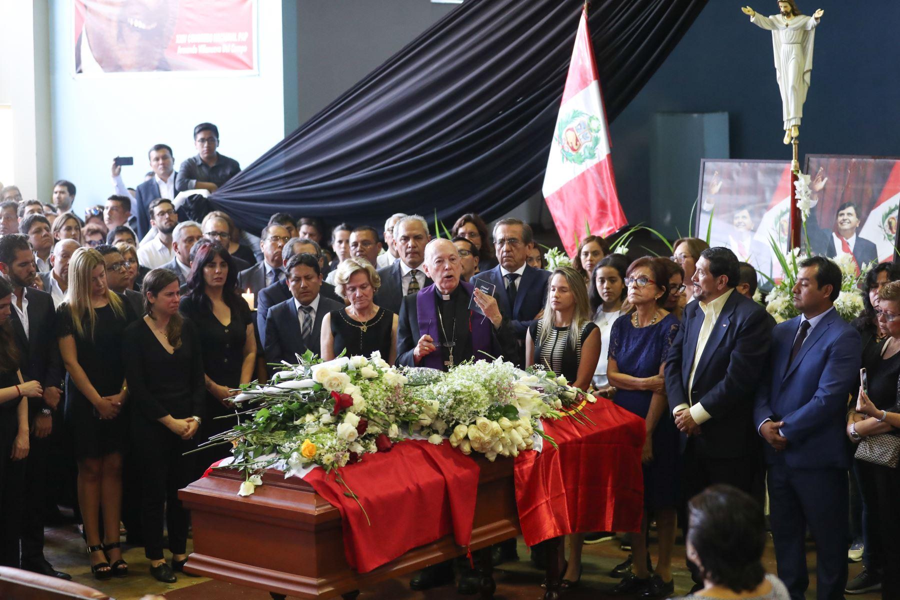 """Juan Luis Cipriani llega a la """"Casa del Pueblo"""" para darle el último adiós al expresidente.  Foto: ANDINA/Juan Carlos Guzmán Negrini."""