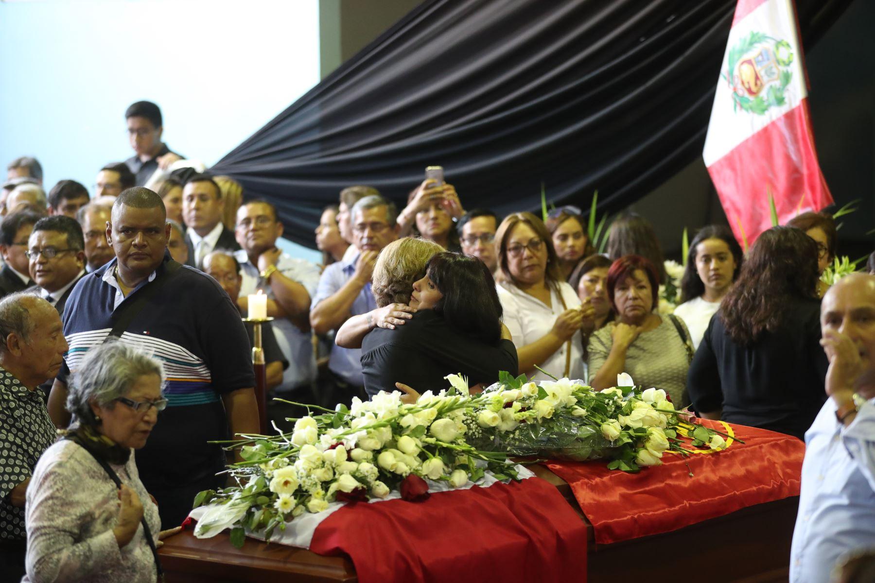 """Carla García llega a la """"Casa del Pueblo"""" para darle el último adiós al expresidente.  Foto: ANDINA/Juan Carlos Guzmán Negrini."""