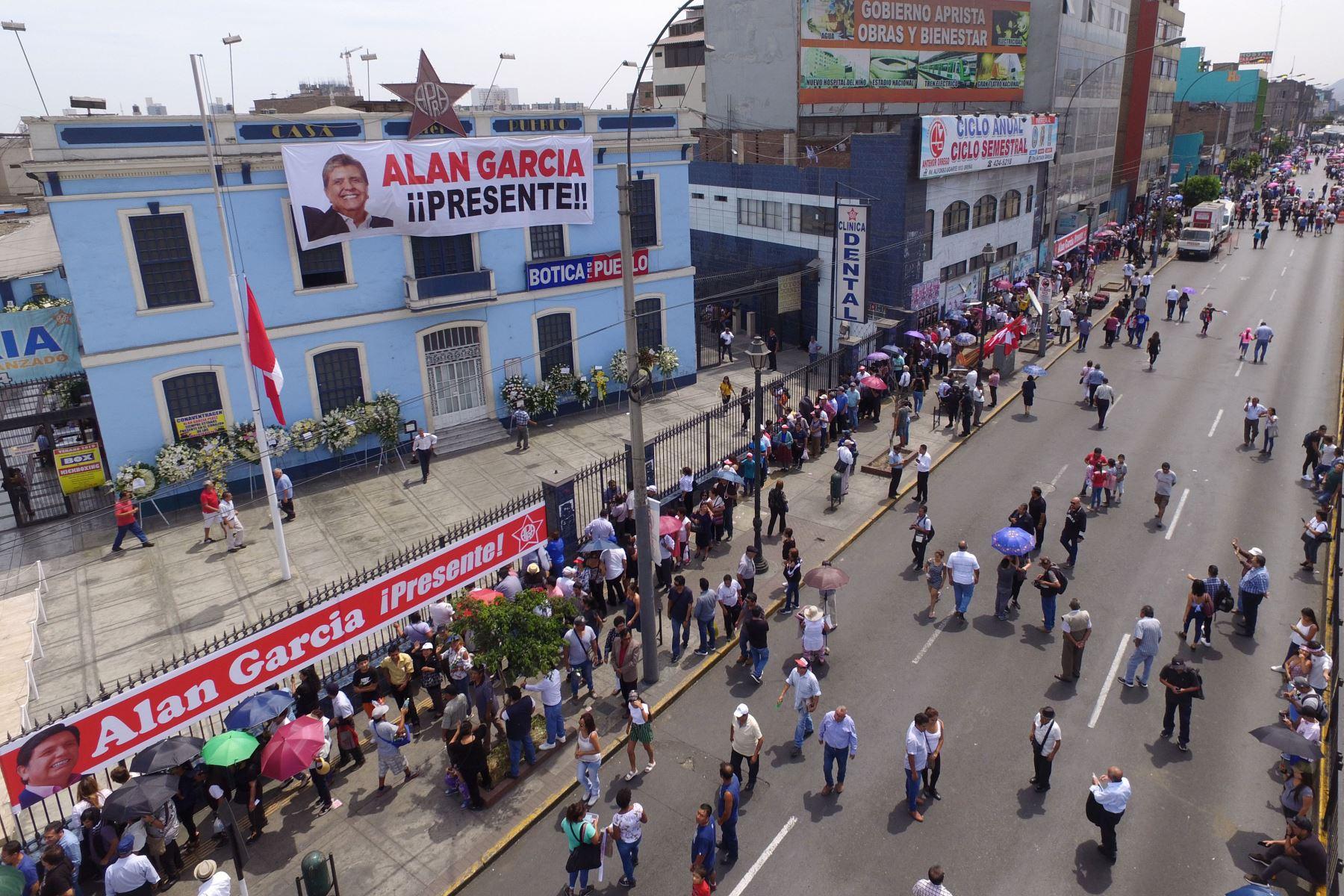 Simpatizantes apristas hacen colas para dar último adiós a Alan García. Foto: ANDINA/ Daniel Bracamonte