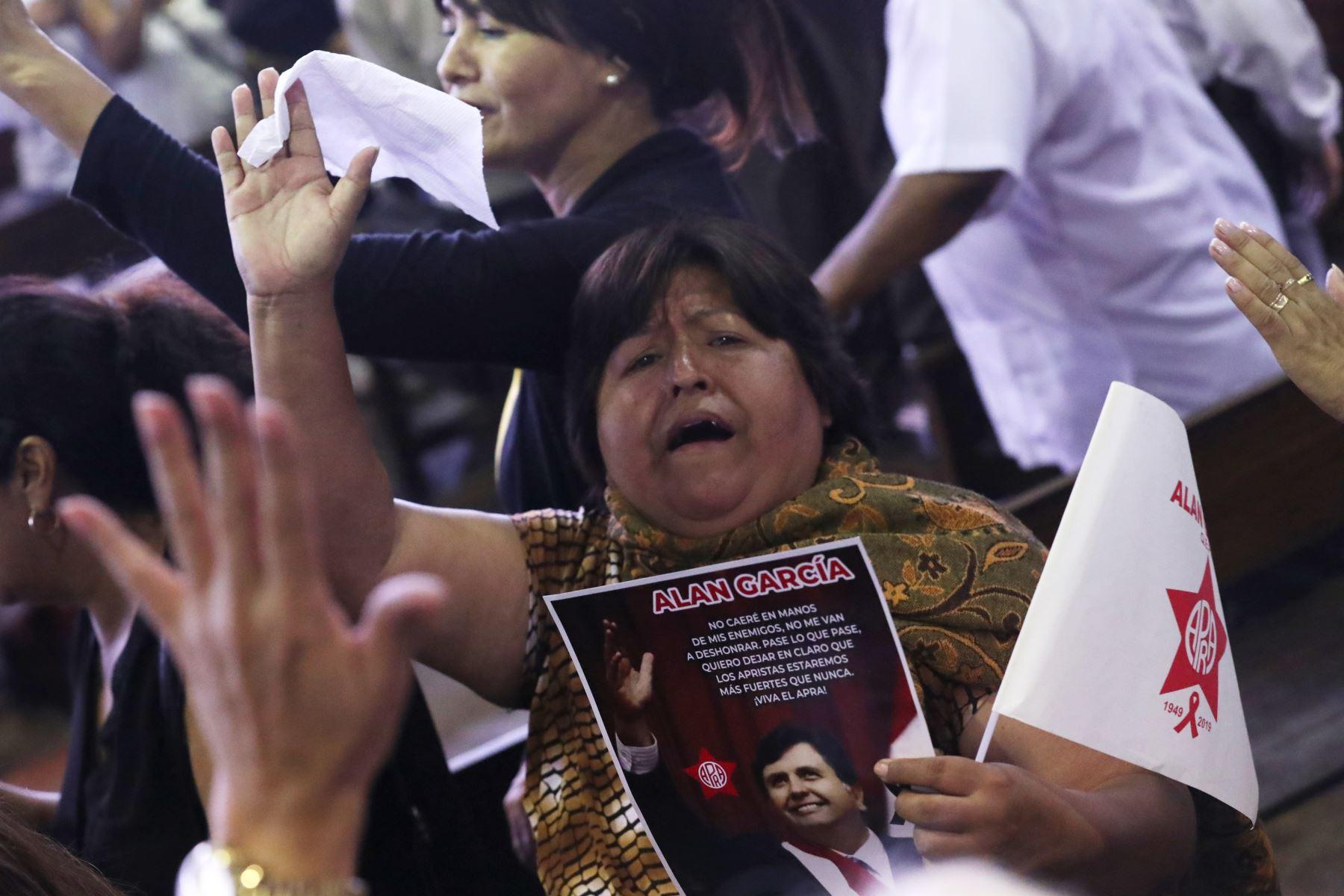 Militantes apristas acompañan los restos de Alan Garcia enla Casa del Pueblo. Foto: ANDINA/Melina Mejía