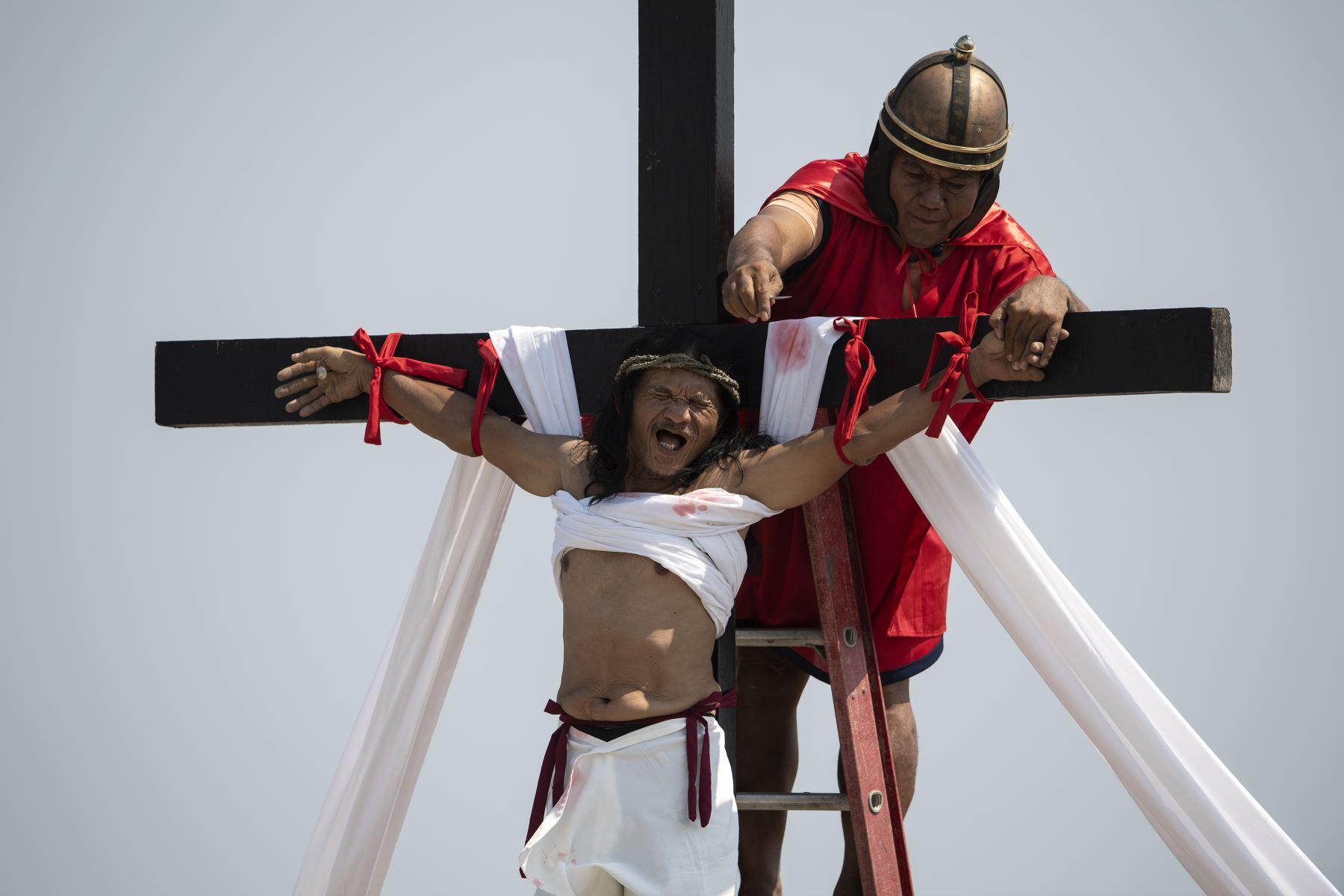 Un penitente filipino representa la crucifixión de Jesucristo con motivo de la celebración del Viernes Santo en San Pedro Cutud, en la provincia de Pampanga, Filipinas.   Foto: AFP
