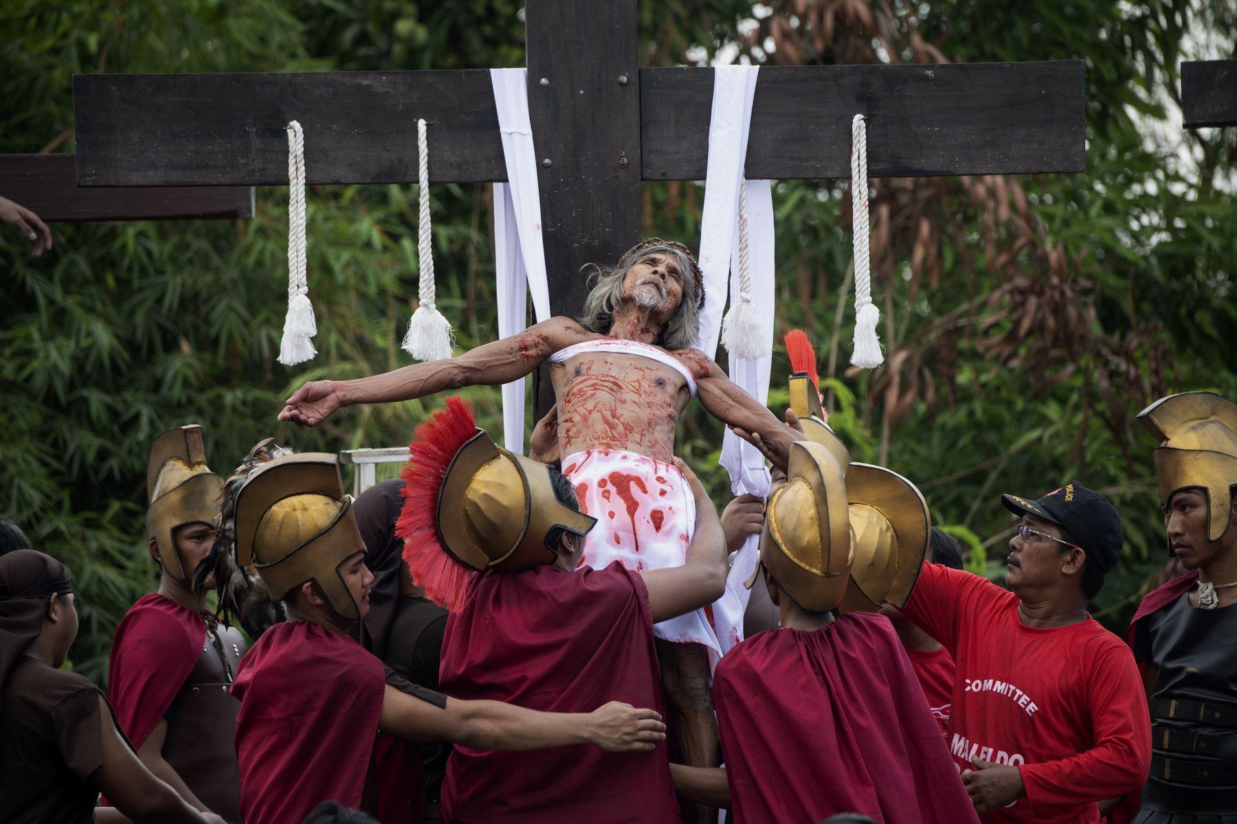 Un devoto filipino is crucificado durante la representación de la pasión de Cristo Foto: AFP