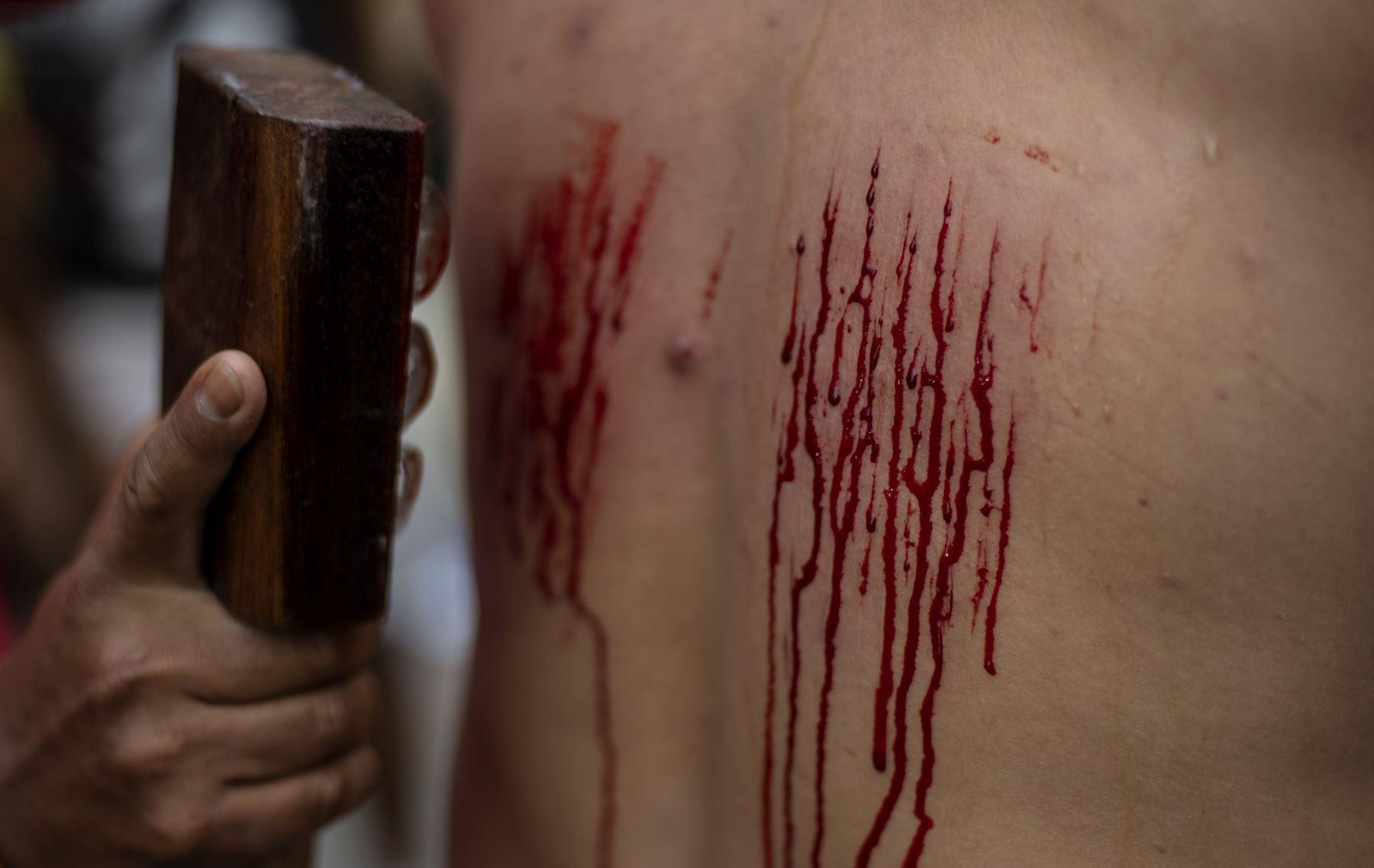 Un flagelante tiene su espalda herida como parte de su penitencia durante la recreación de la crucifixión de Jesucristo para el Viernes Santo en San Juan, Pampanga, al norte de Manila Foto: AFP