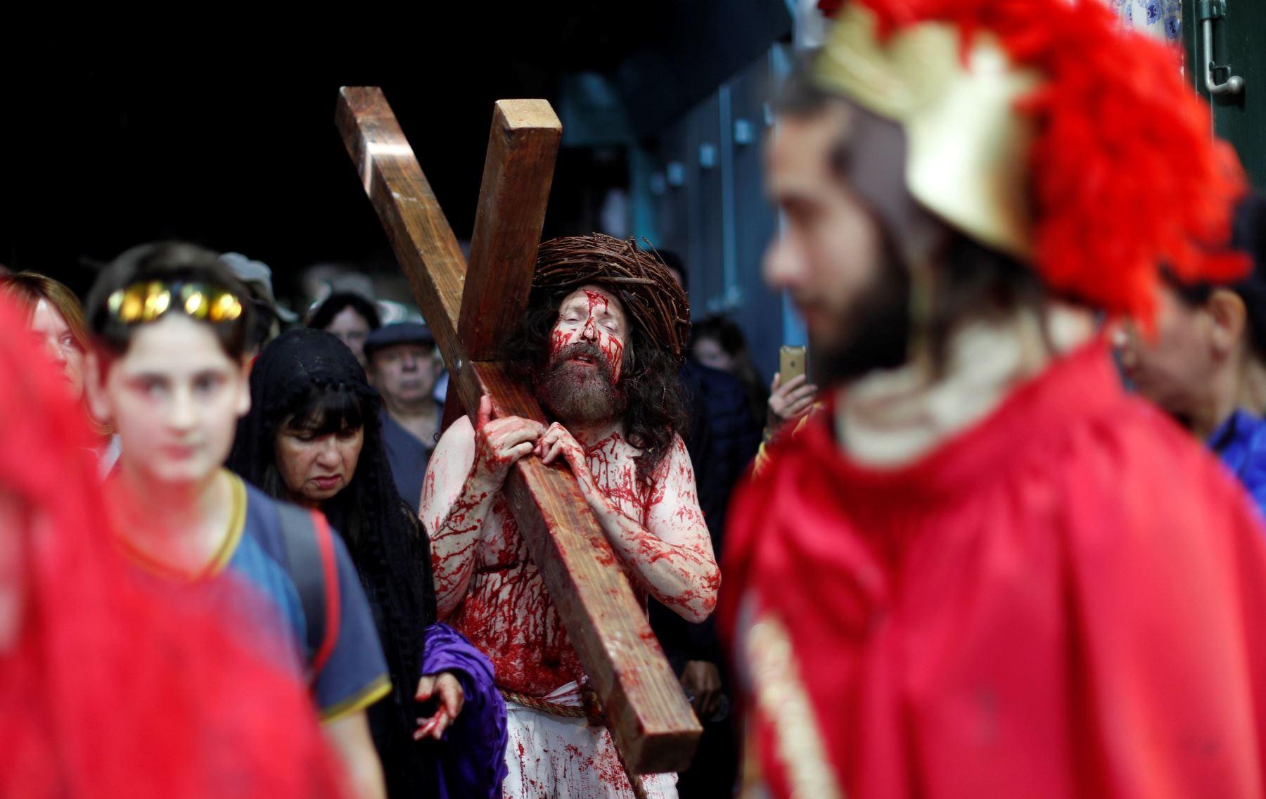 Un devoto representa el vía crucis de Jesús durante la procesión por el Viernes Santo en Jerusalén, Israel. EFE/ Atef Safadi  Foto: EFE