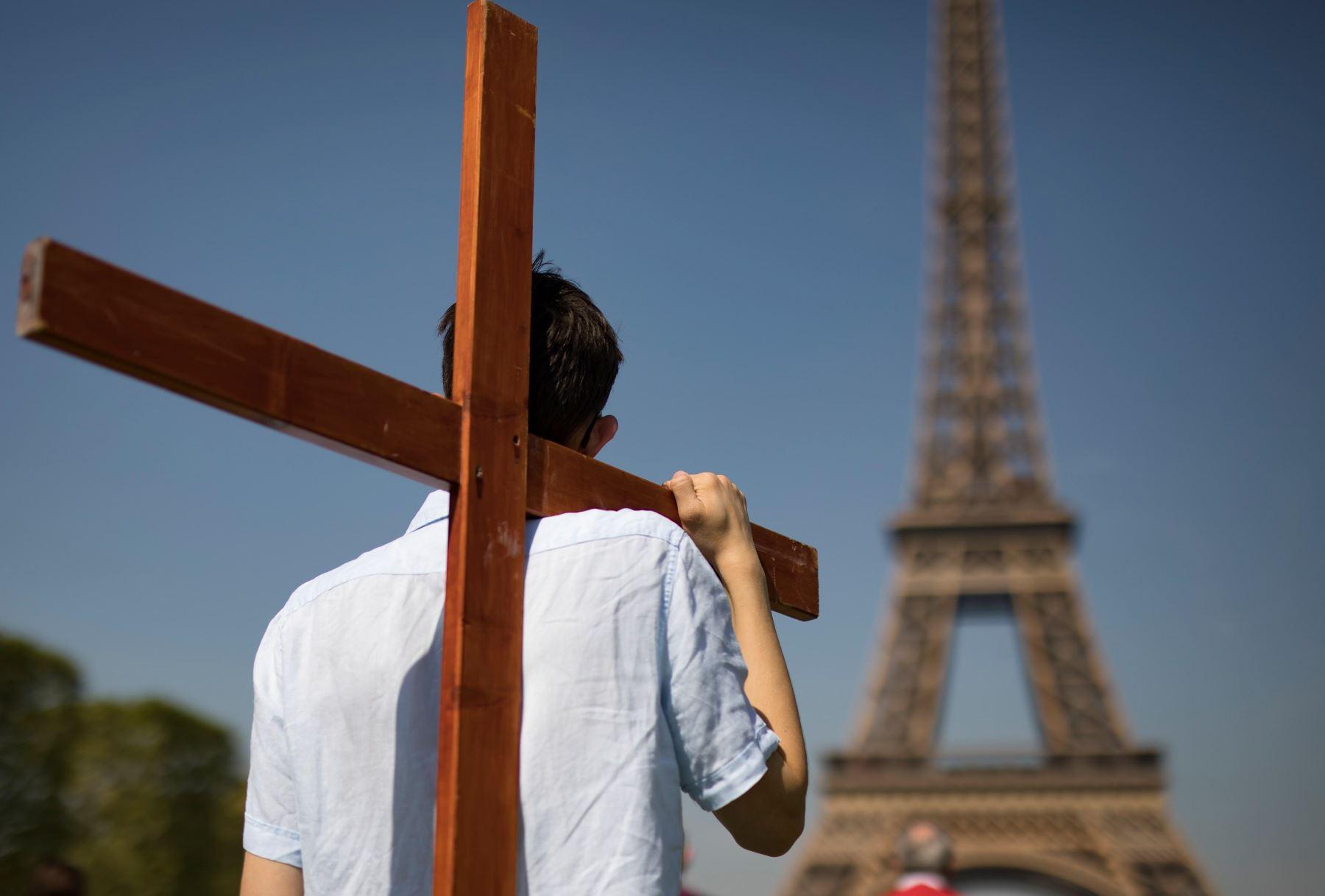 Creyentes participan en una ceremonia junto a al Torre Eiffel en ParÌs (Francia) este Viernes Santo. EFE/ Ian Langsdon